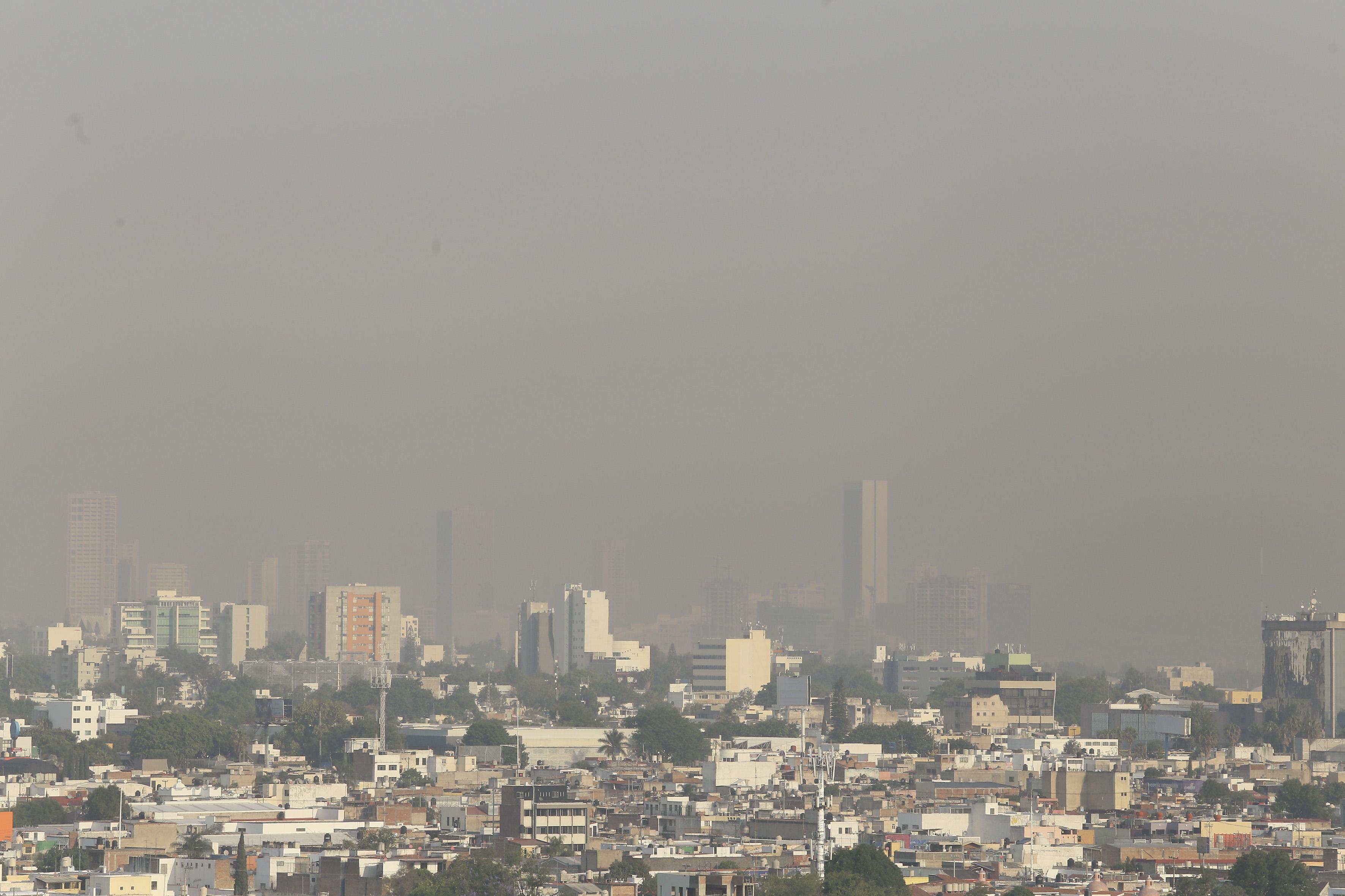 Panoráma de la zona metropolitana de Guadalajara, con un cielo contaminado a sus alrededores.