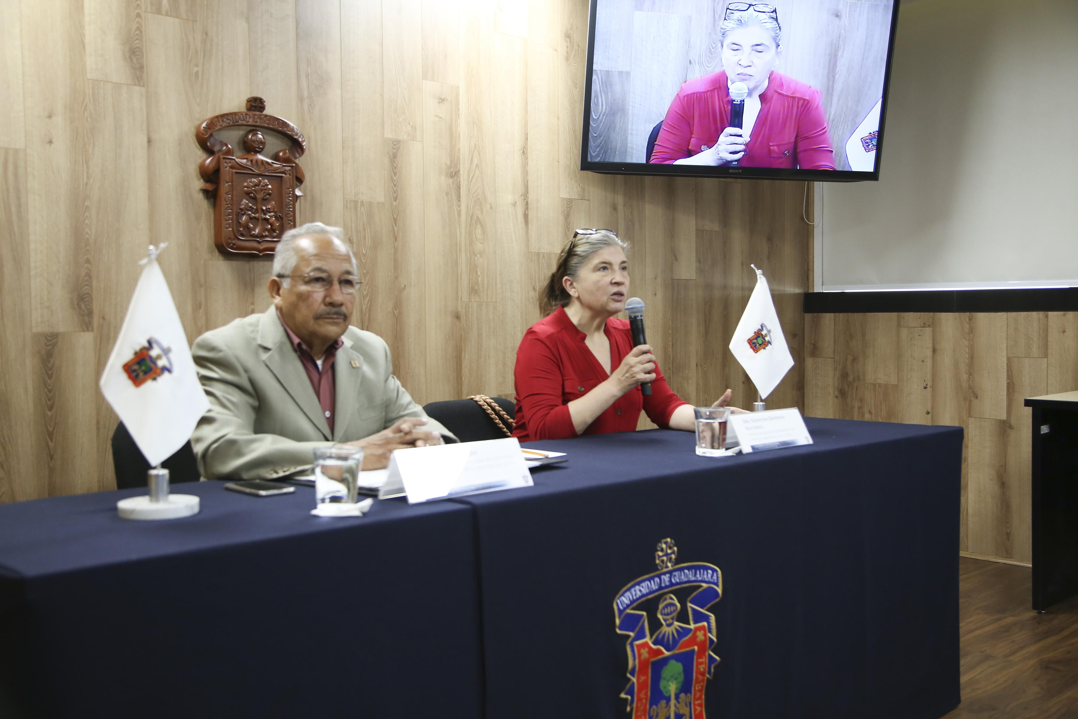 Doctora Valentina Davydova Belitskaya, académica del CUCBA e investigadora del Departamento de Ciencias Ambientales de la Universidad de Guadalajara, con micrófono en mano, haciendo uso de la palabra.