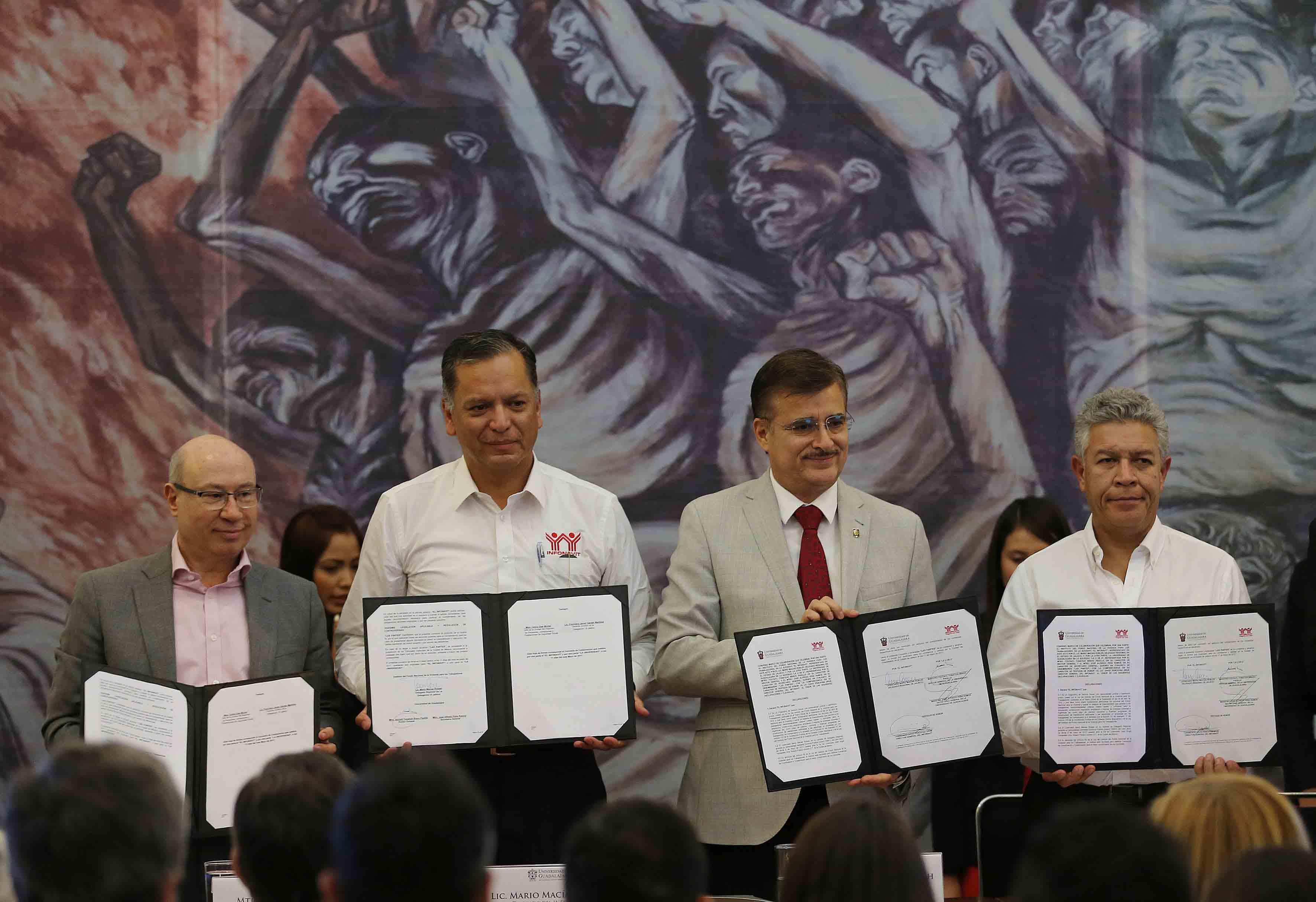 Autoridades universitarias y de infonavit, mostrando el convenio de colaboración firmado para transferir conocimiento de investigación y asesoría crediticia.