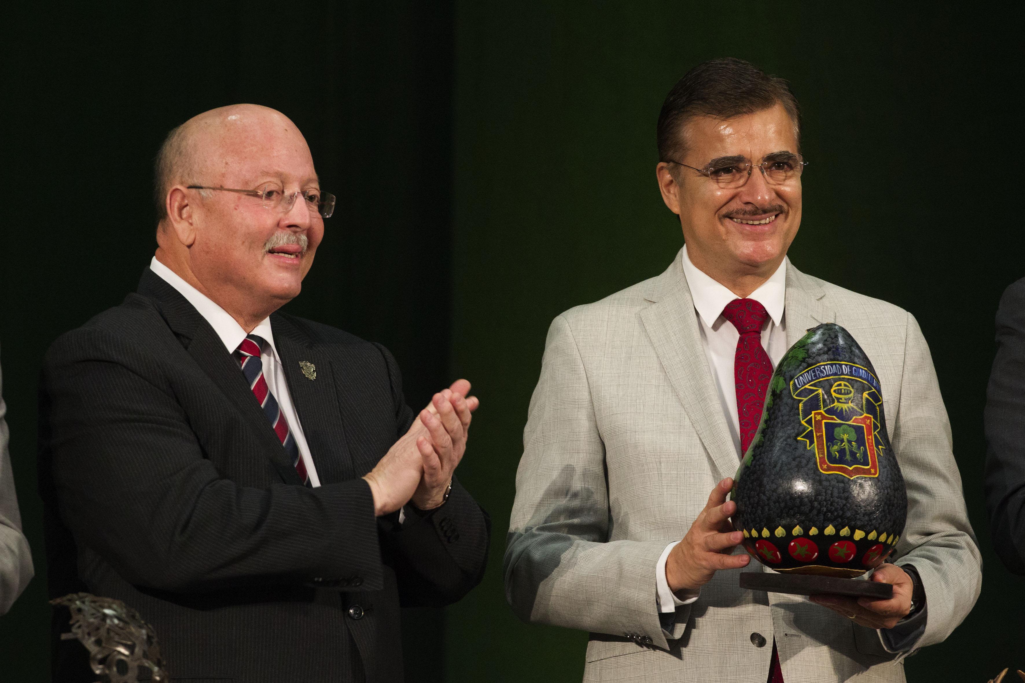 Mtro. Itzcóatl Tonatiuh Bravo Padilla haciendo entrega a su homólogo de la UAS un reconocimiento por su participación en la Gria,