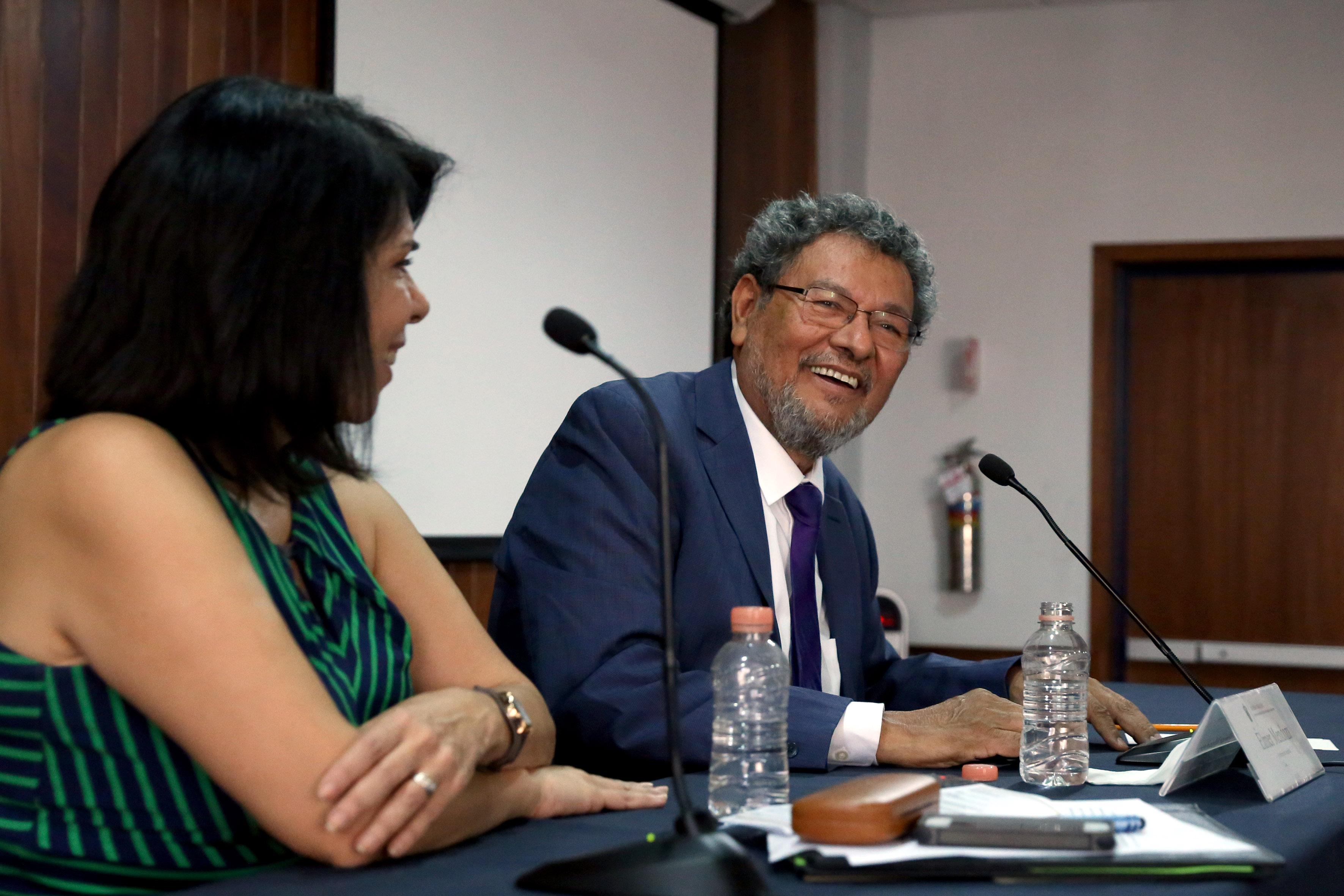 Escritor Elmer Mendoza, miembro de la Academia Mexicana de la Lengua haciendo uso de la palabra