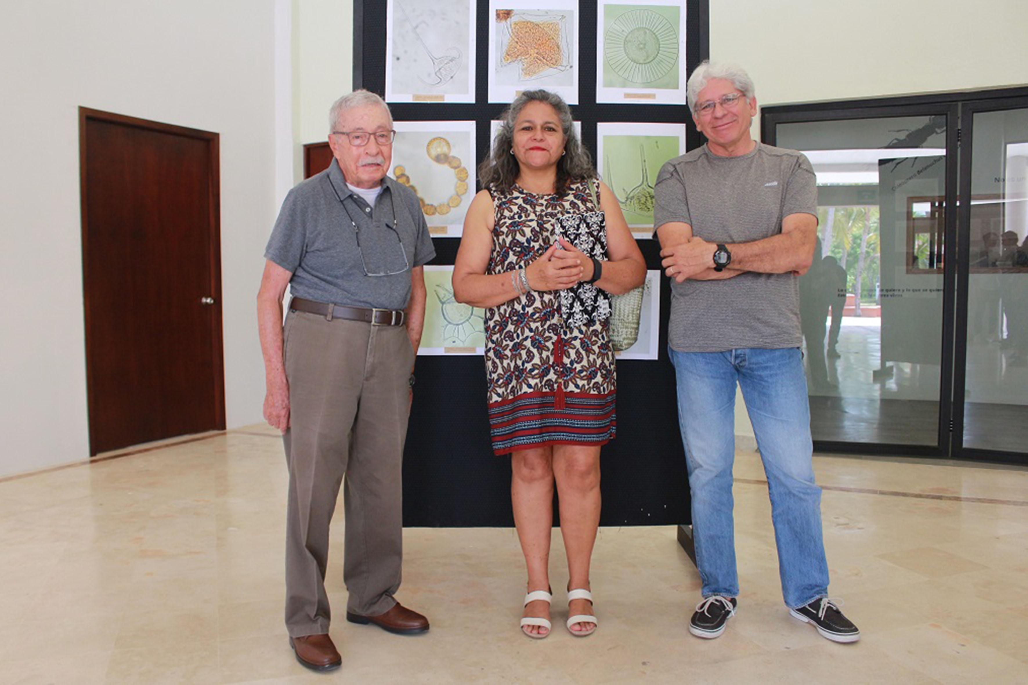A la izquierda: el doctor Juan Luis Cifuentes Lemus, al centro la doctora María del Carmen Cortés Lara, profesora de la licenciatura de Biología y a la derecha el profesor investigador del Cucosta, doctor Amílcar Levi Cupul Magaña.