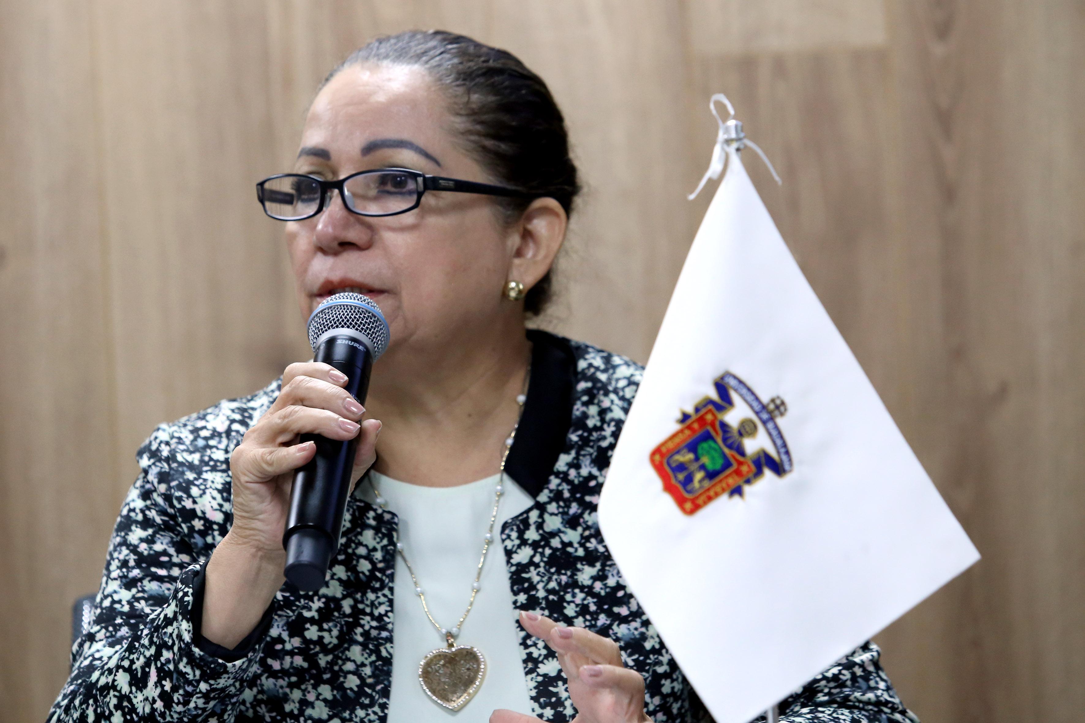 Doctora Yolanda Magaña López, miembro del comité organizador del seminario sobre desapariciones forzadas, con micrófono en mano, haciendo uso de la palabra, durante rueda de prensa.