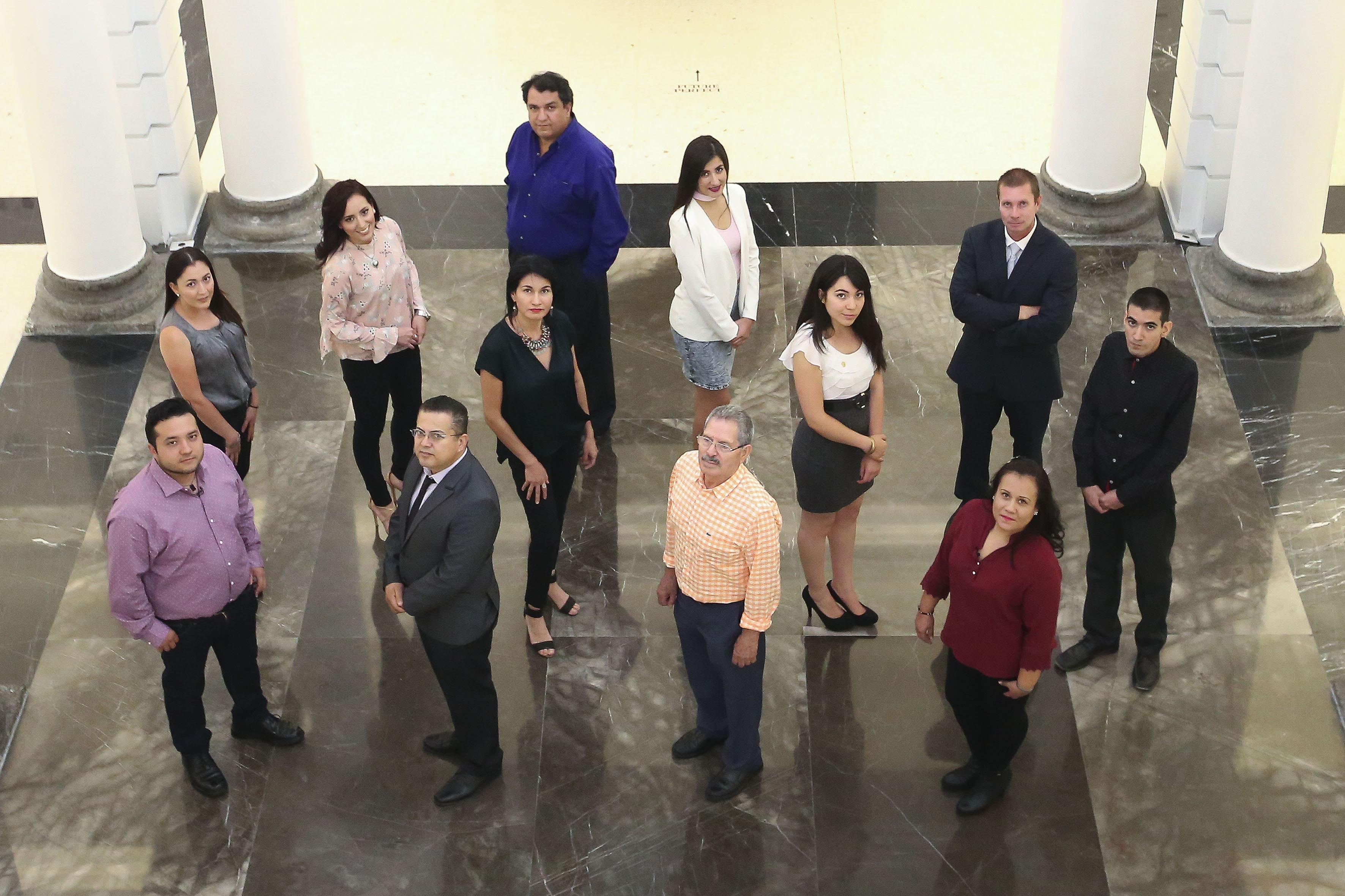 Estudiantes destacados de bachillerato y licenciatura en la explanada de Rectoría General.