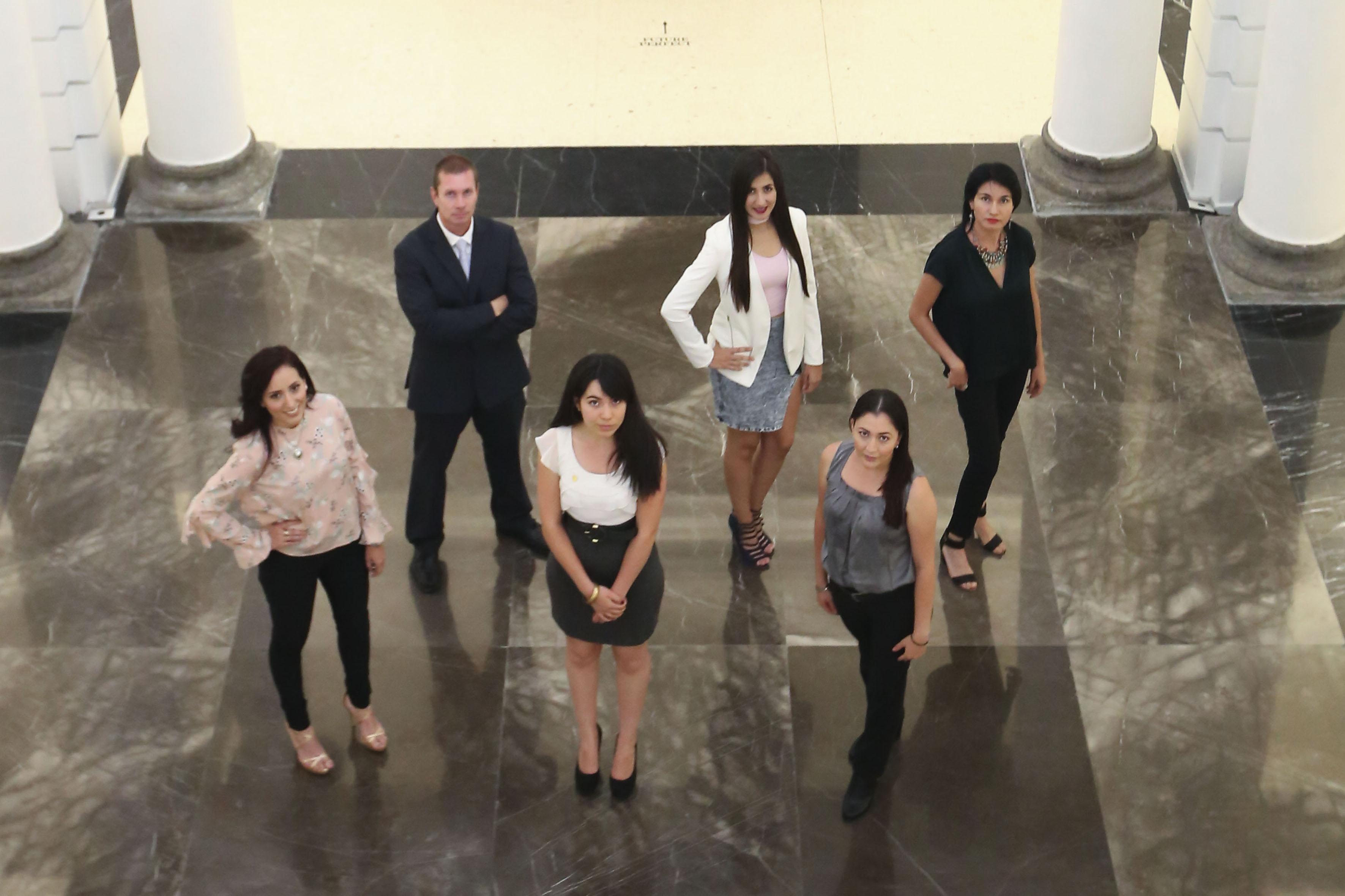 Estudiantes mujeres destacadas de bachillerato y licenciatura en la explanada de Rectoría General.