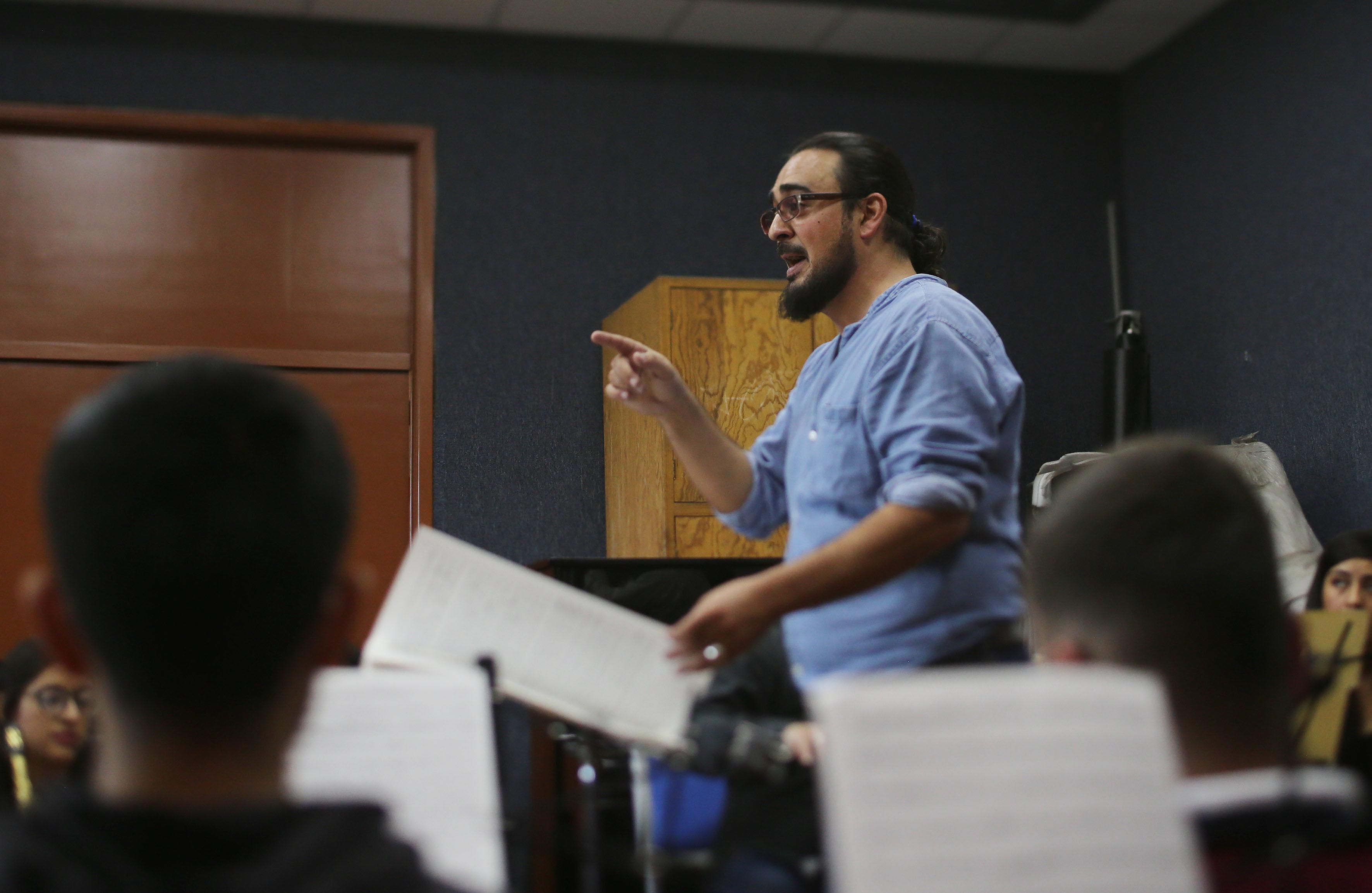 Director de la banda universitaria, maestro Tomas Gabriel Alemany Rosaleny, hablando con su grupo en ensayo.