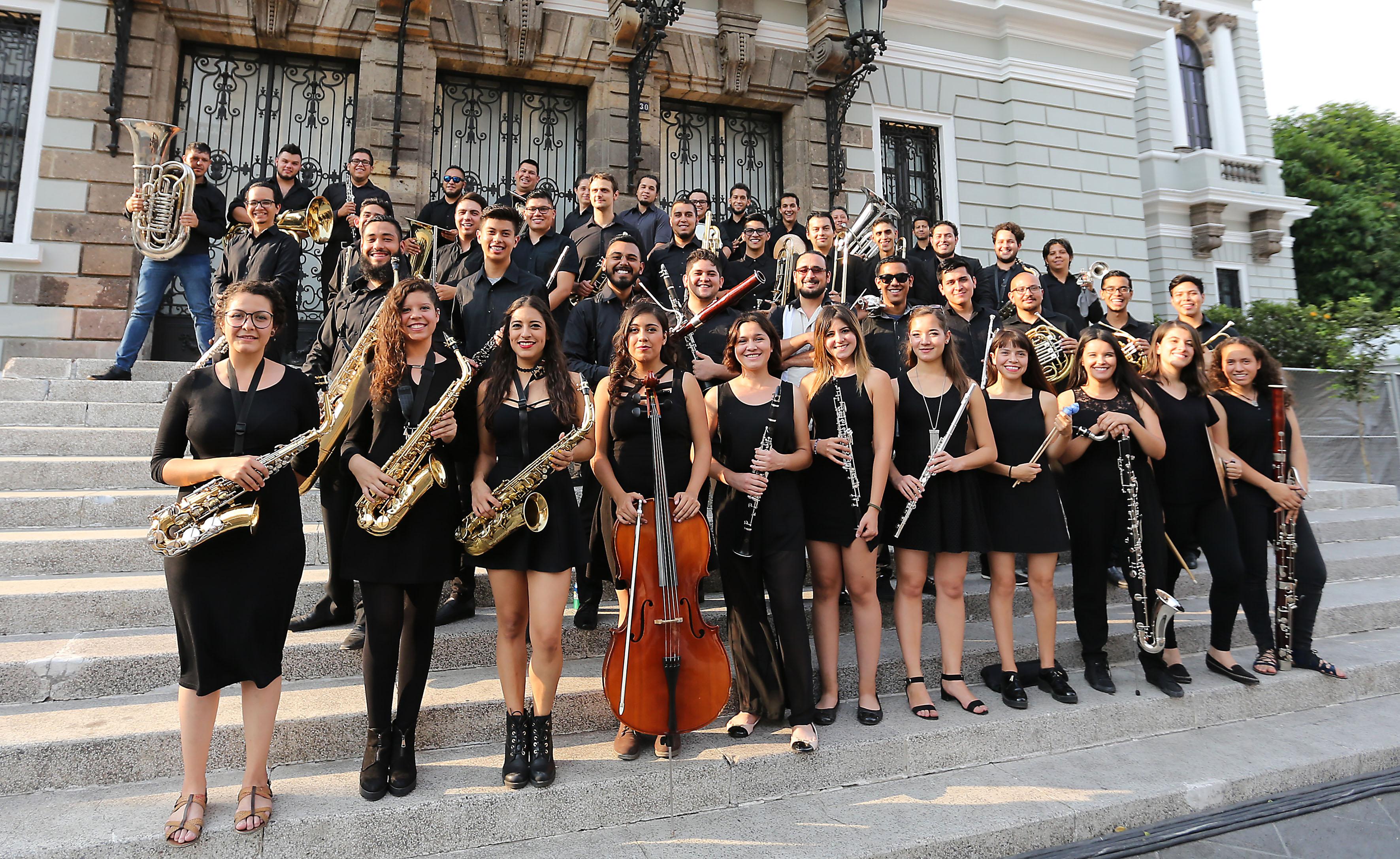 Banda sinfónica de la UdeG, en las afueras de la entrada principal del MUSA.