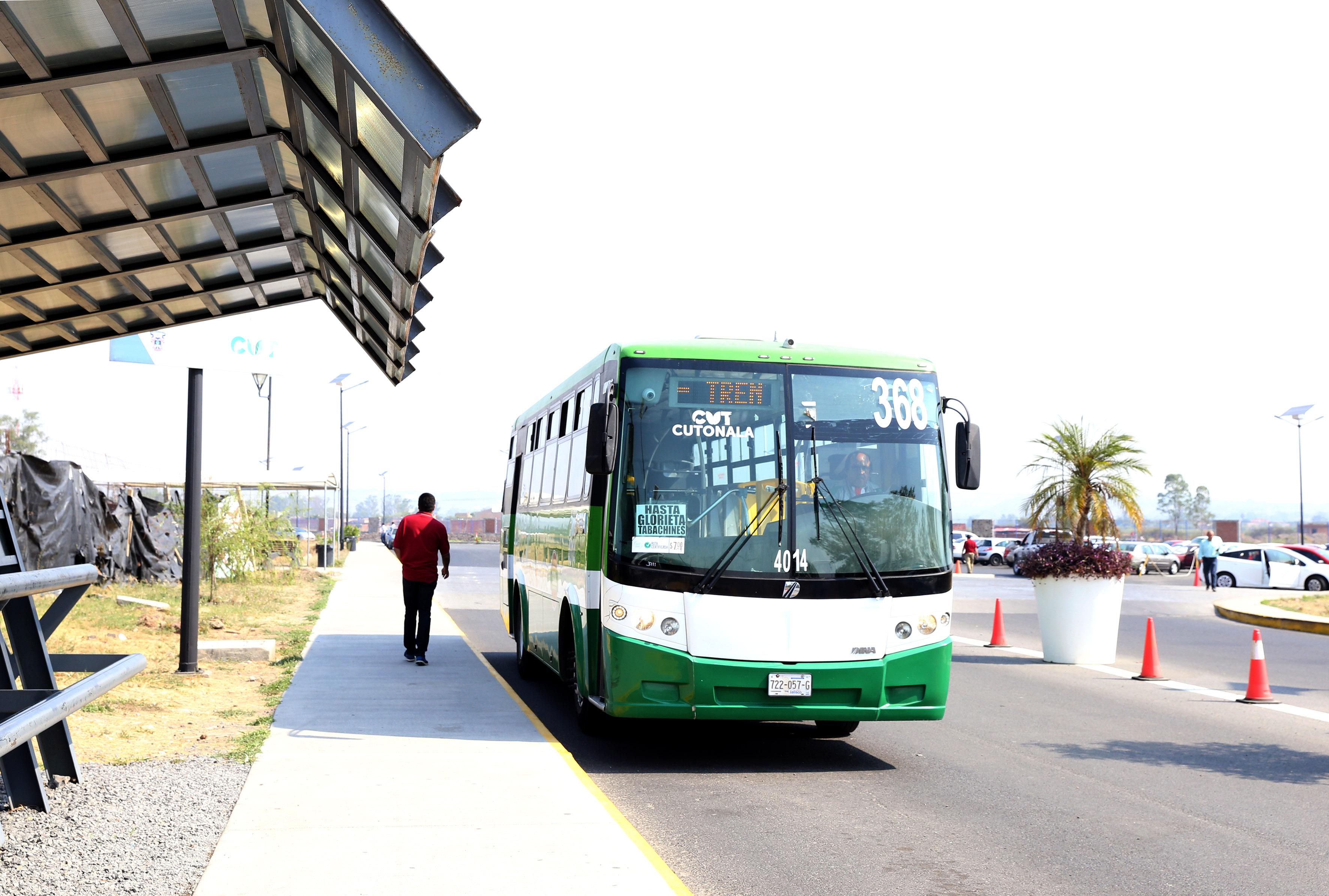 Camión estacionado a las afueras del Centro universitario de Tonala