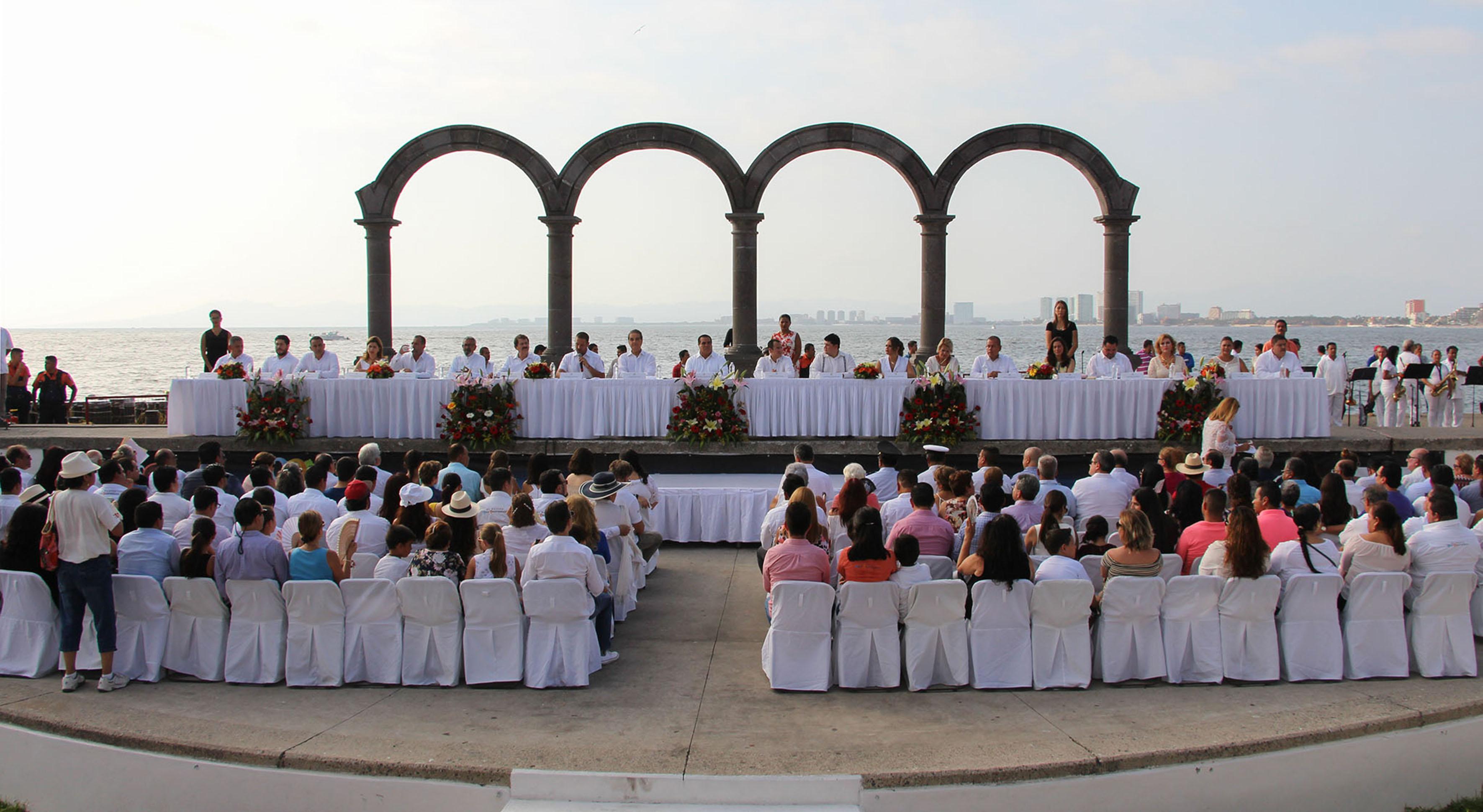 Integrantes del pleno, Presidente municipal de Puerto Vallarta y Secretario de Turismo del gobierno estatal, participando en la ceremonia de premiación.