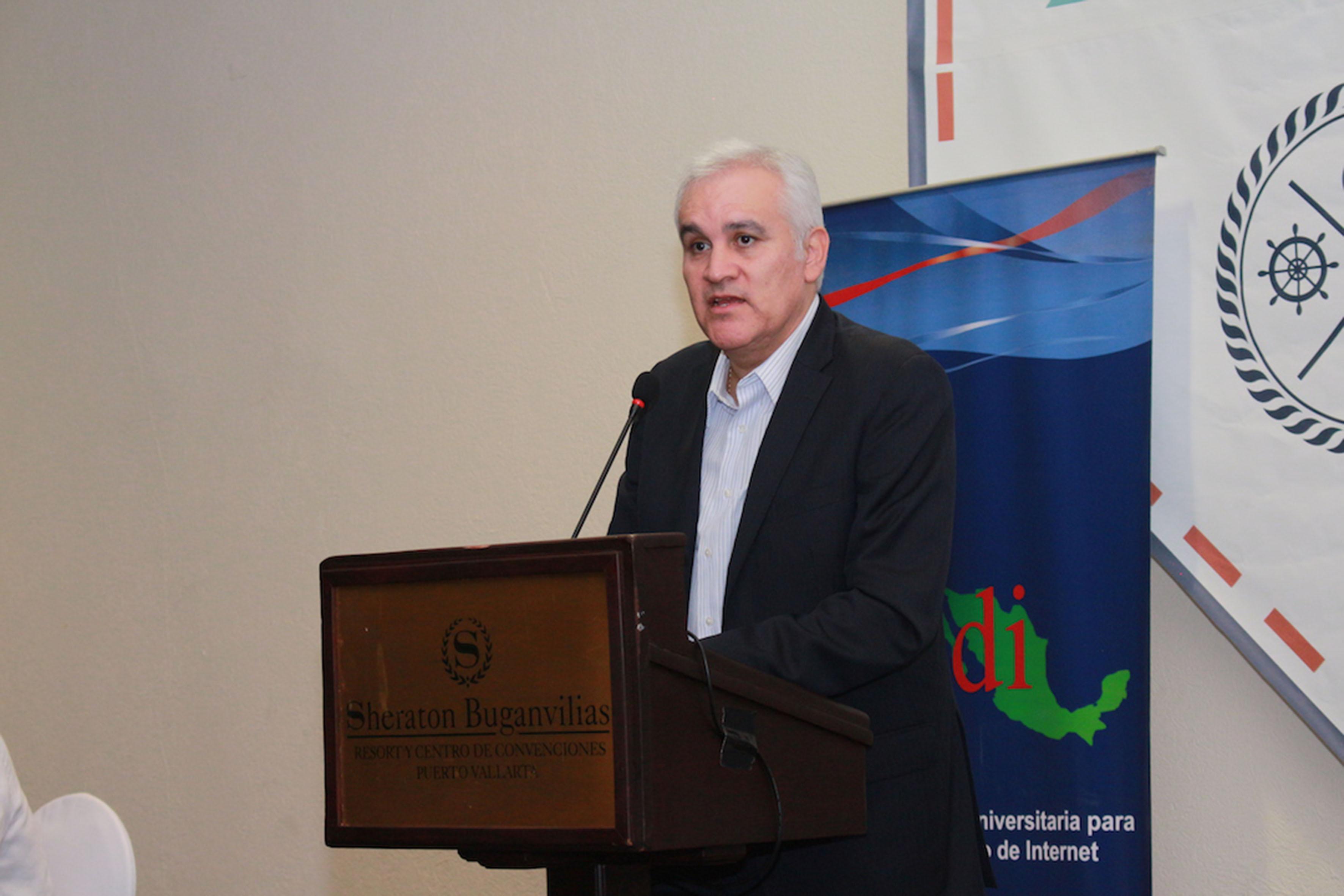 Dr. Víctor Gerardo Carreón Rodríguez,  director adjunto de Planeación y Evaluación del Conacyt, haciendo uso de la  palabra en el podium del evento, durante la clausura de los trabajos de Reunión CUDI 2017.
