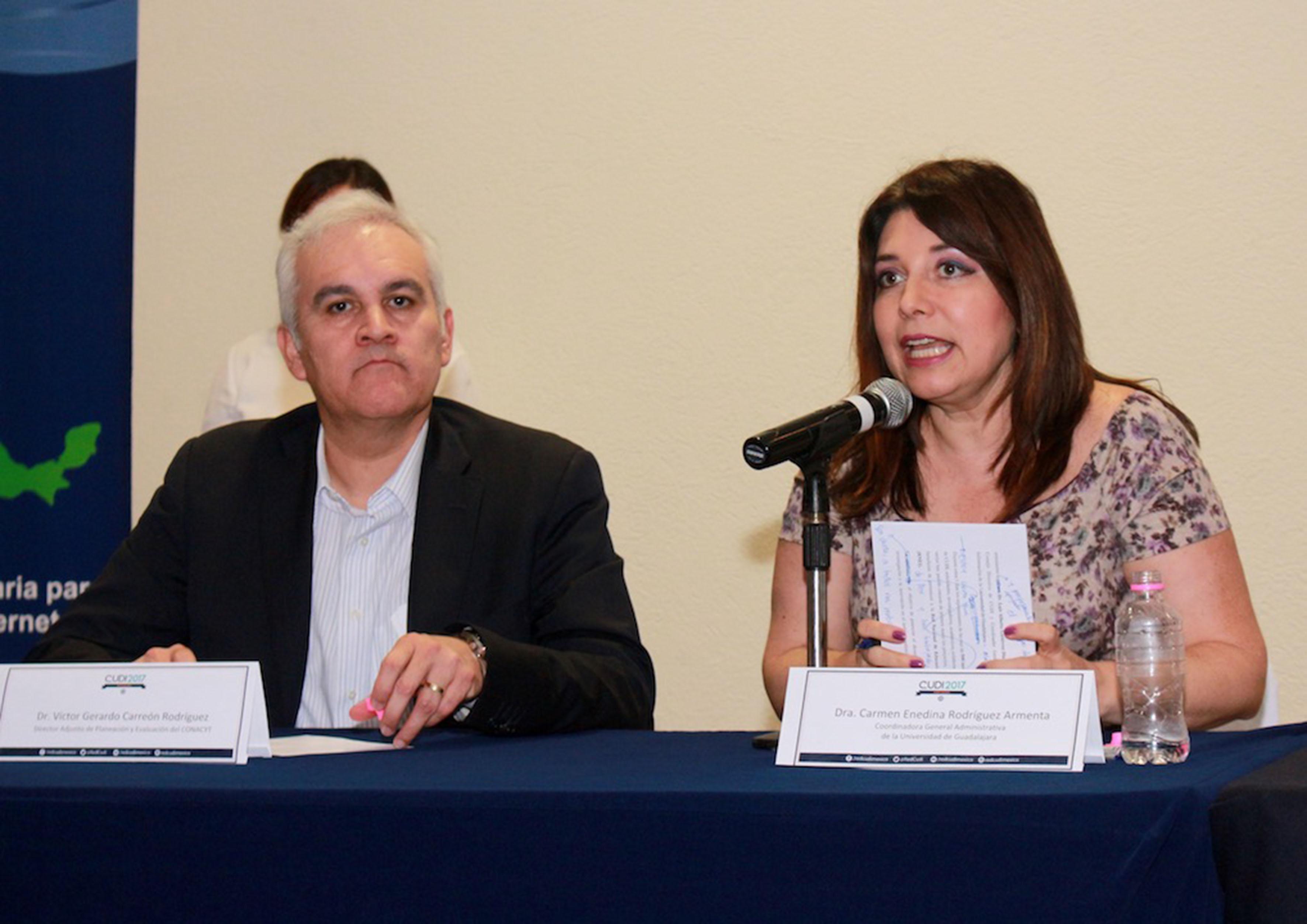 Doctora Carmen Enedina Rodríguez Armenta, coordinadora general administrativa de la UdeG, haciendo uso de la  palabra en el podium del evento, durante la clausura de los trabajos de Reunión CUDI 2017.