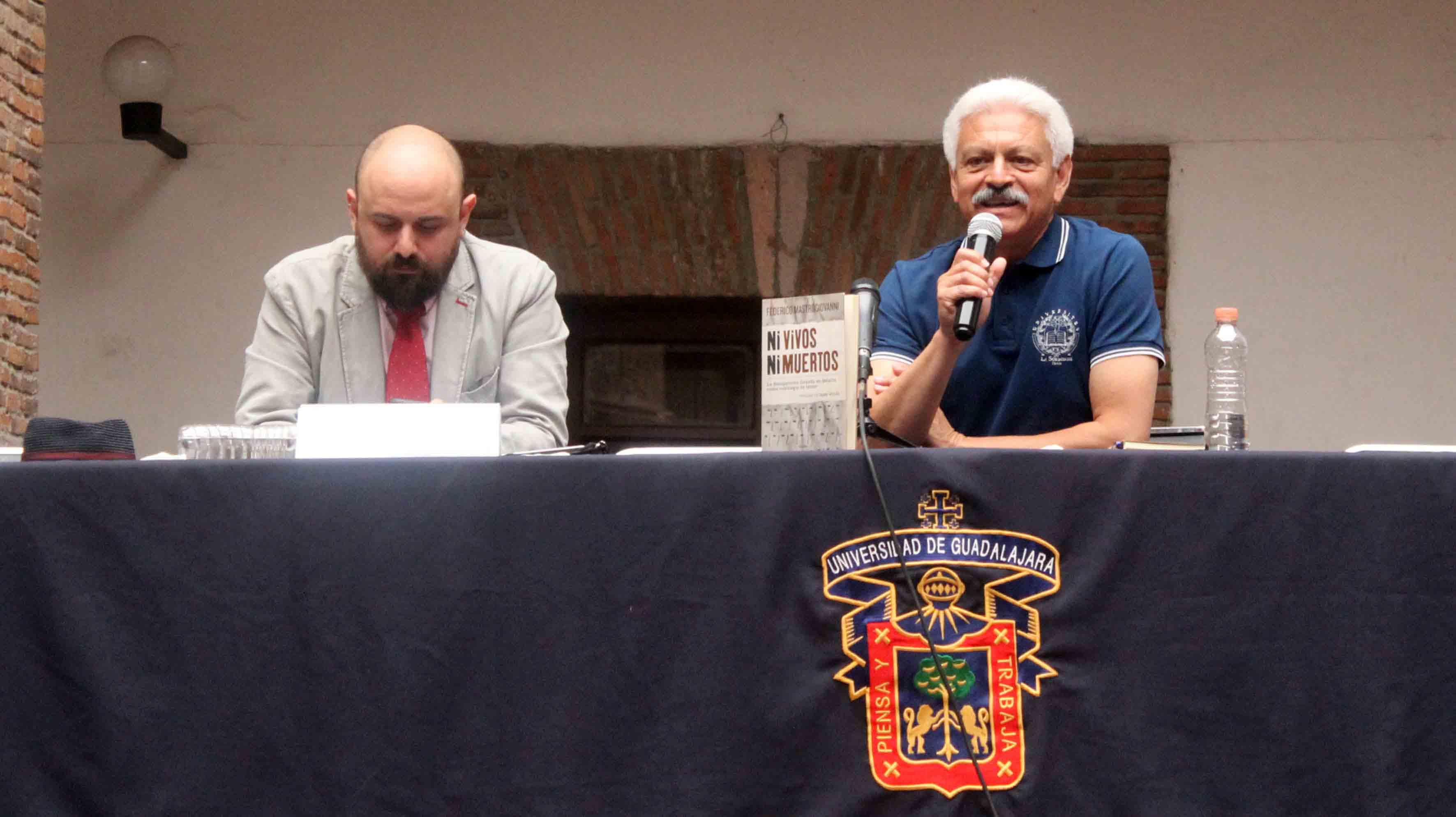 """Periodista Federico Mastrogiovanni, impartiendo conferencia sobre su libro"""" Ni vivos ni muertos. La desaparición forzada en México como estrategia del terror"""", publicado en 2014."""