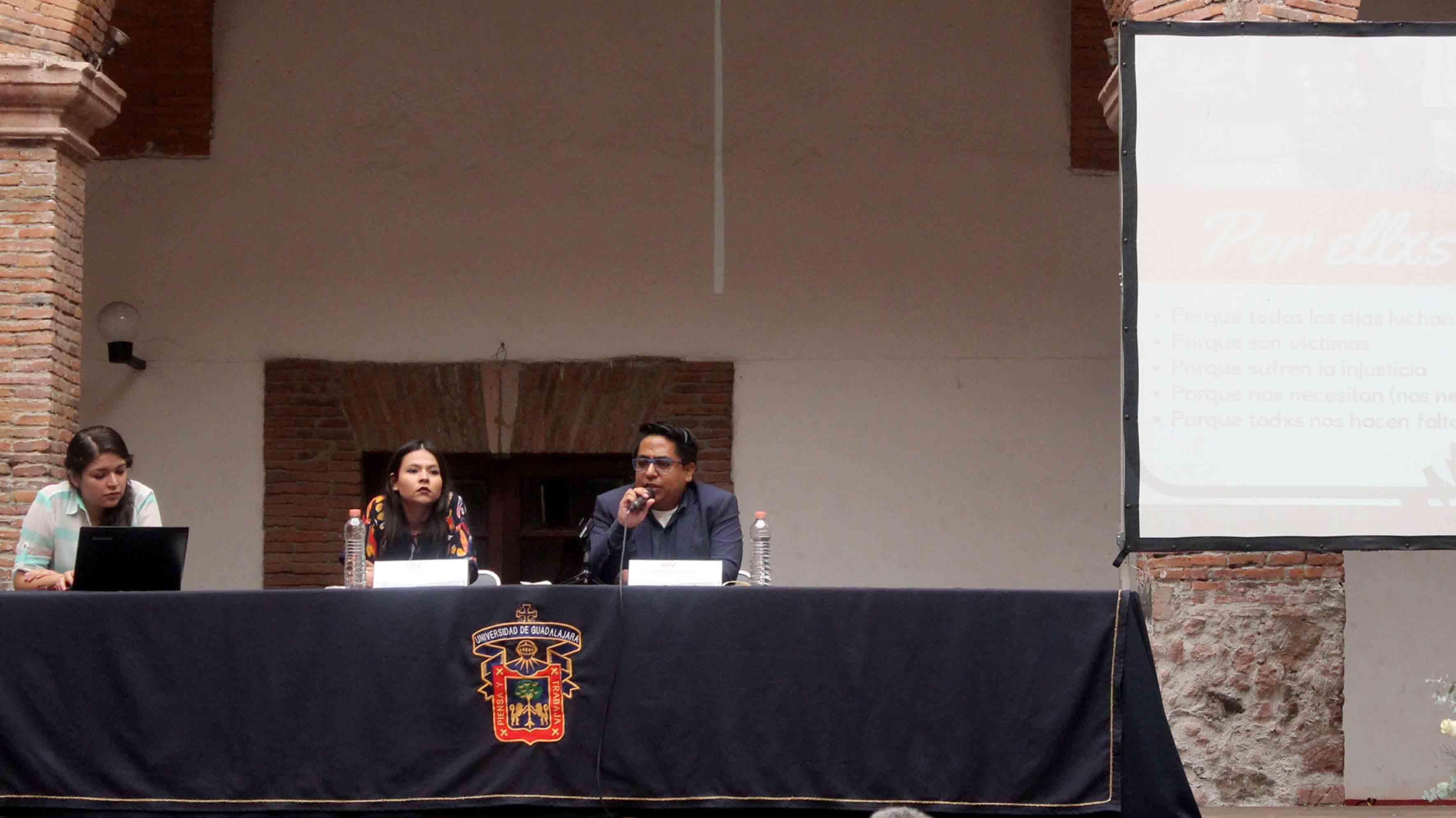 """Periodistas independientes, Darwin Franco y Dalia Souza López, impartiendo la mesa de diálogo """"Periodismo: hasta encontrarlos""""."""