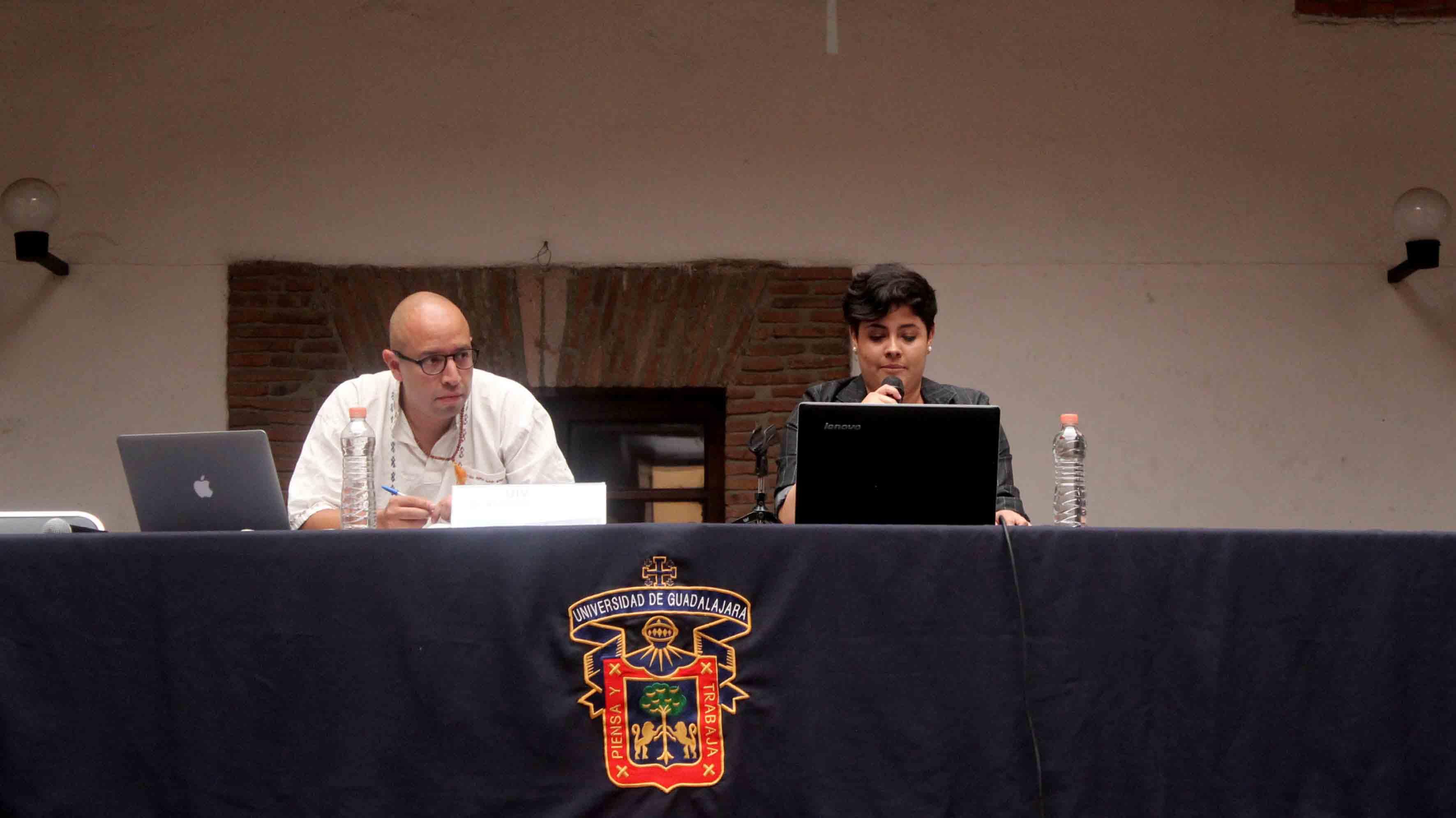 """Doctor Alejandro Vélez Salas, profesor visitante del Instituto Tecnológico Autónomo de México (ITAM), presentando su libro """"Narrativas interdisciplinarias""""."""