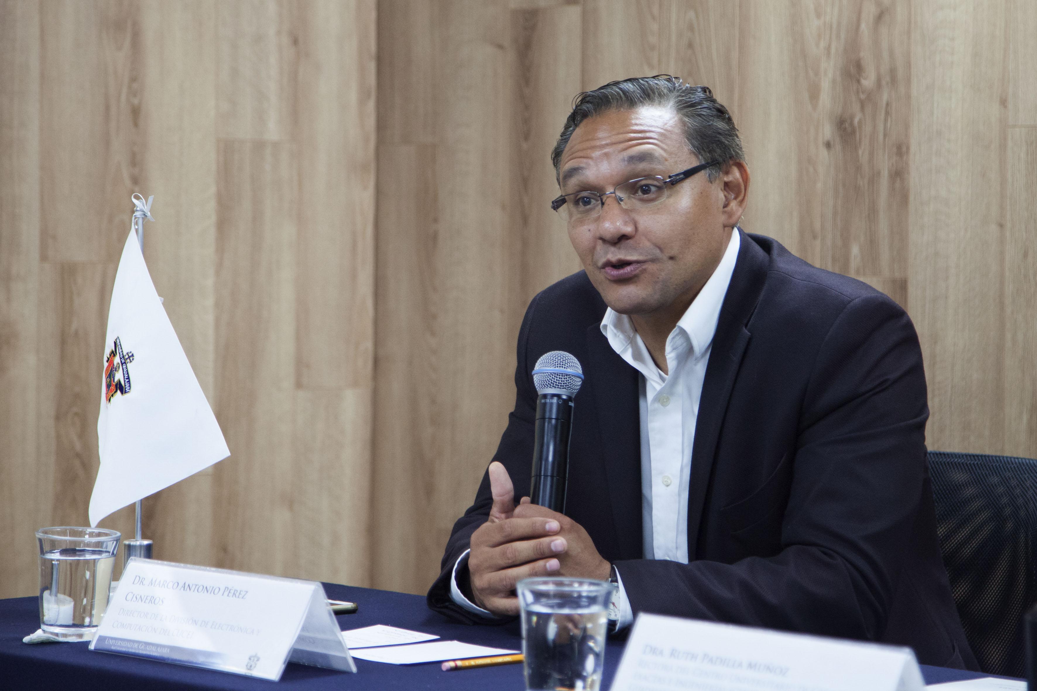 doctor Marco Antonio Pérez Cisneros, director de la División de Electrónica y Computación del CUCEI, haciendo uso de la voz