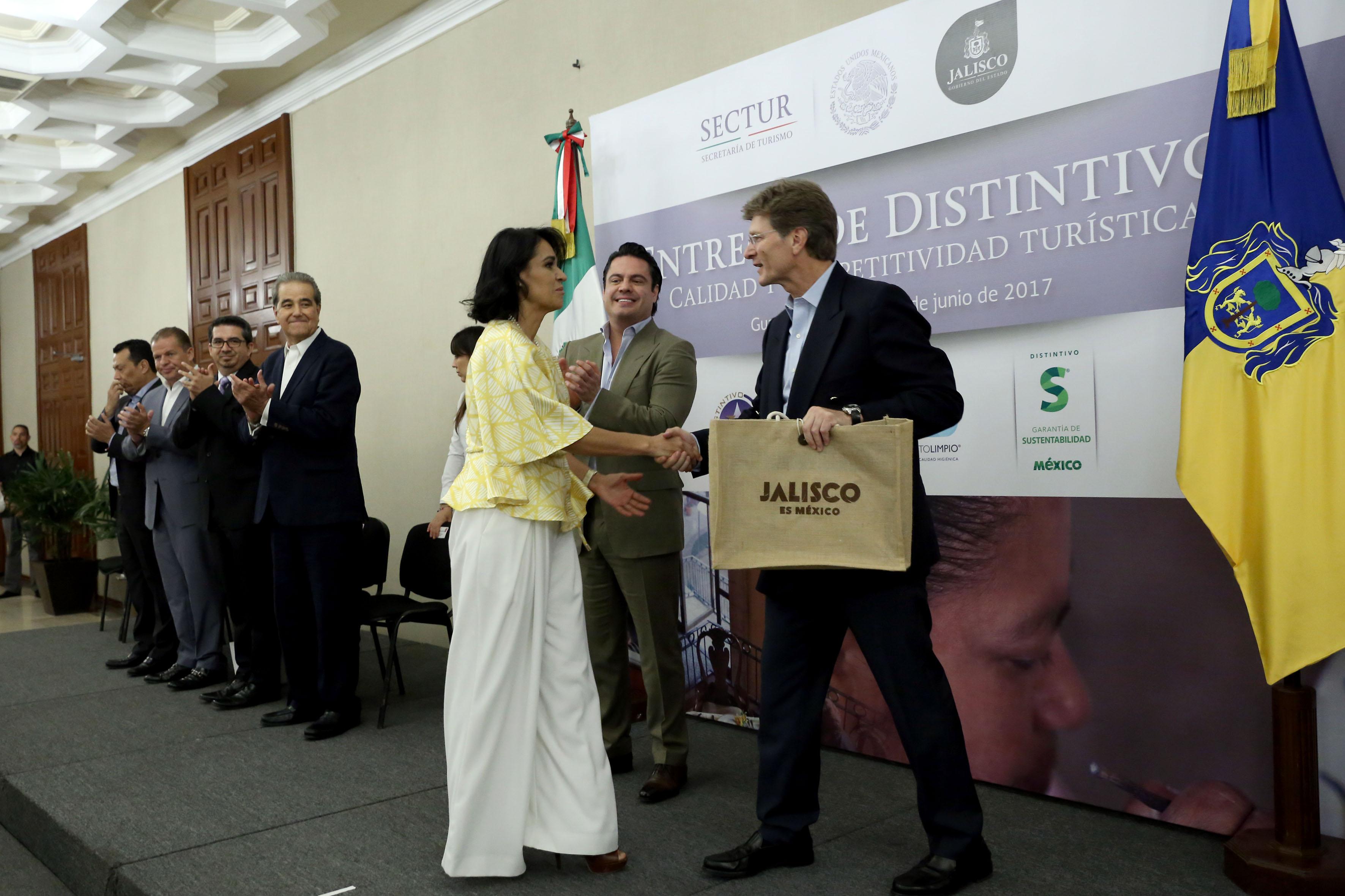Licenciada Lucía Verónica Vargas Sánchez, directora de la Empresa Servicios Universitarios (ESEU), recibiendo distintivos de Calidad y competitividad turística, durante la ceremonia.