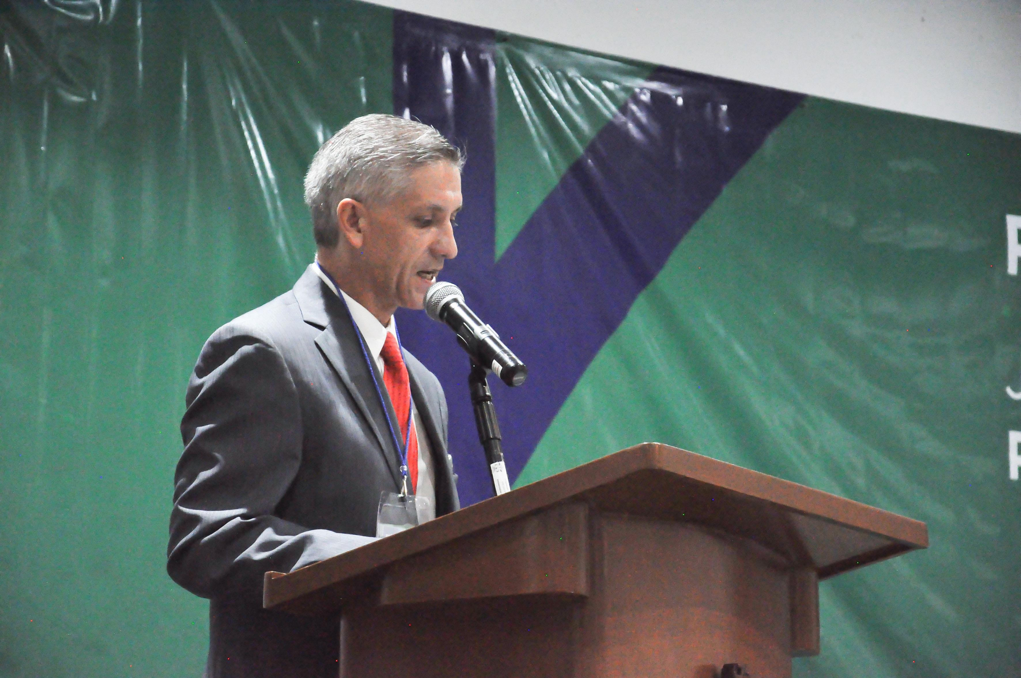 Maestro Eduardo Llerenas García, secretario de la Coordinación de Vinculación y Servicio Social (CVSS) de la Universidad de Guadalajara, frente al micrófono, haciendo uso de la voz.