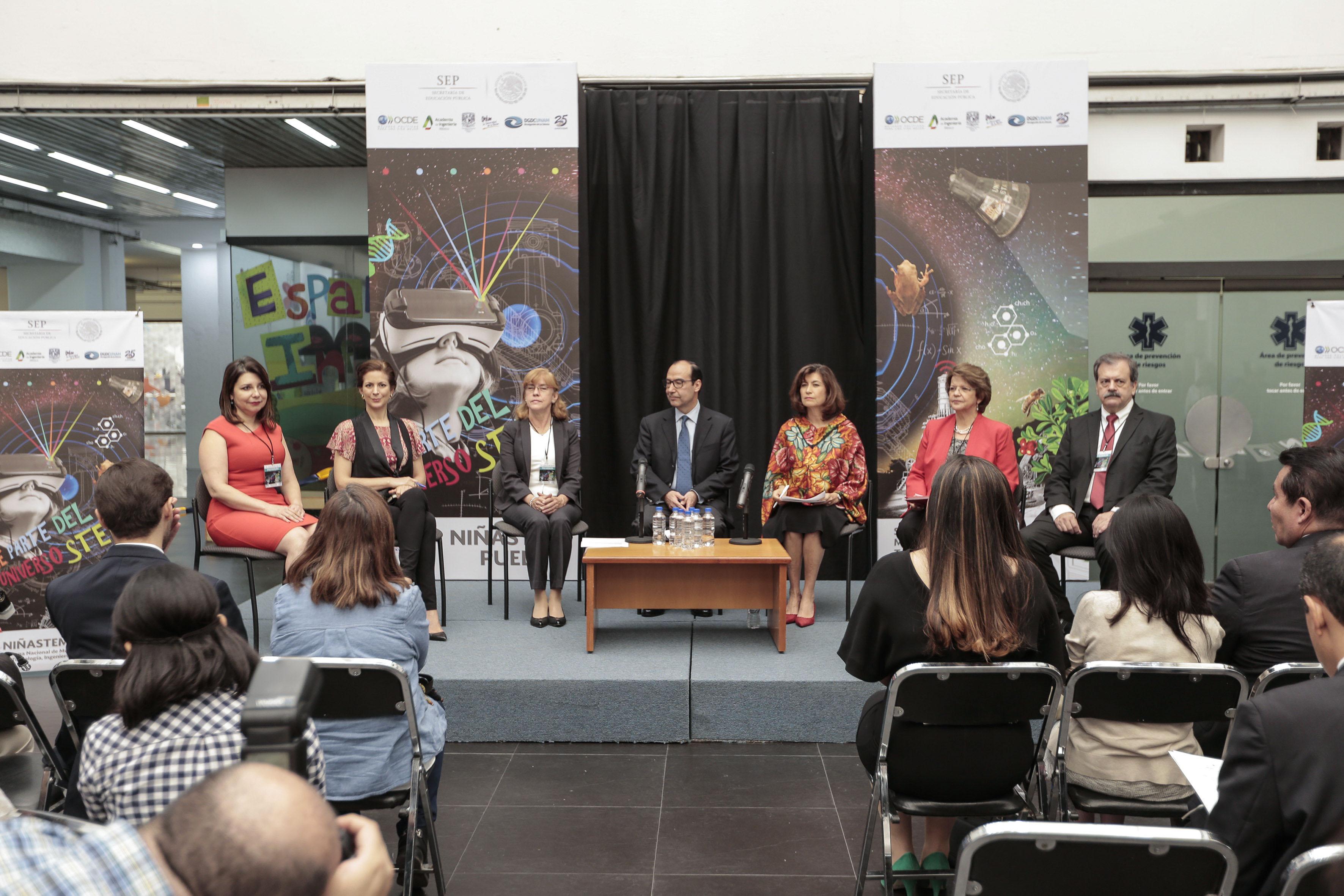Doctora Carmen Enedina Rodríguez Armenta junto a otras autoridades en foro