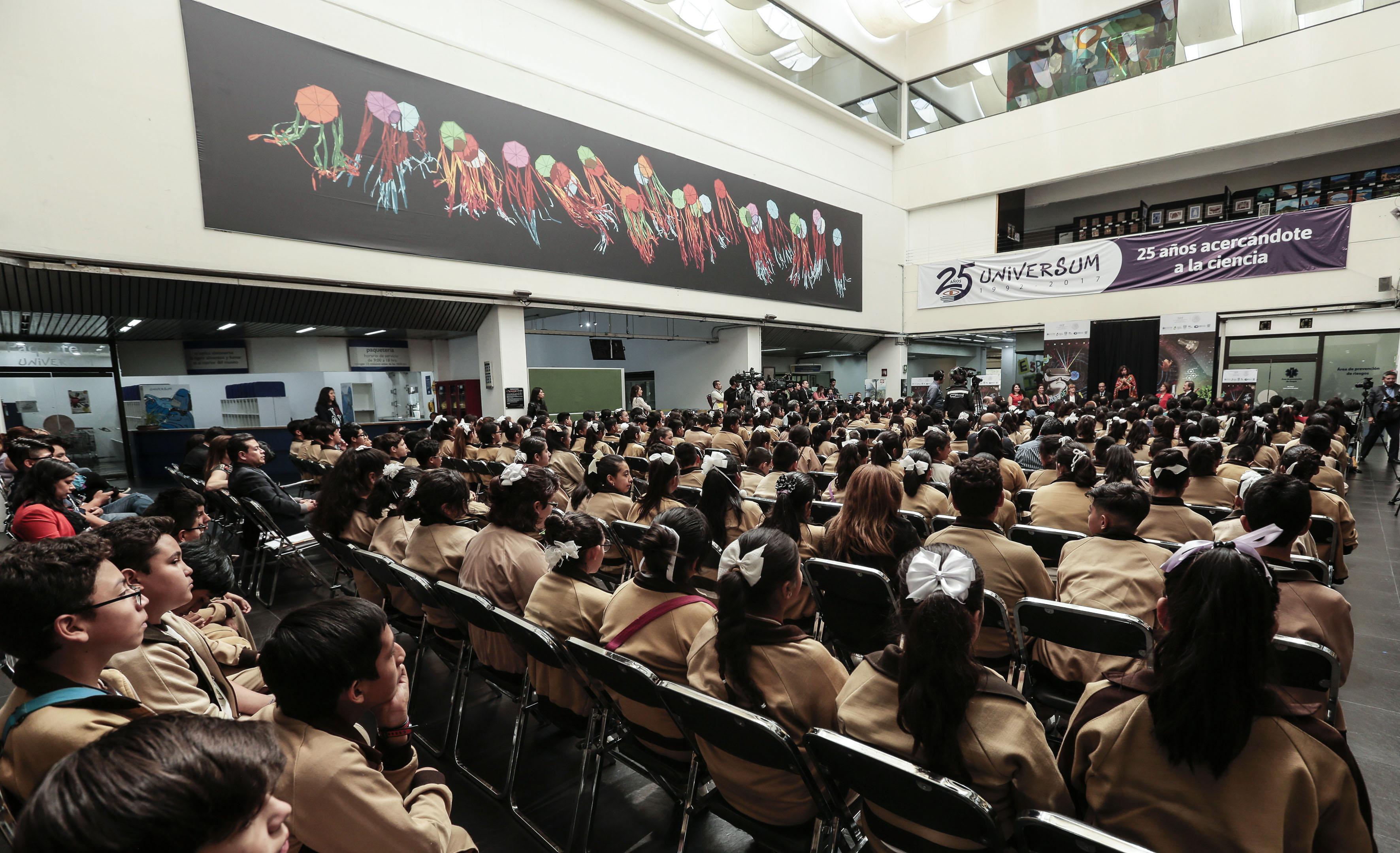 alumnos de secundaria tecnica en sala principal de museo universum