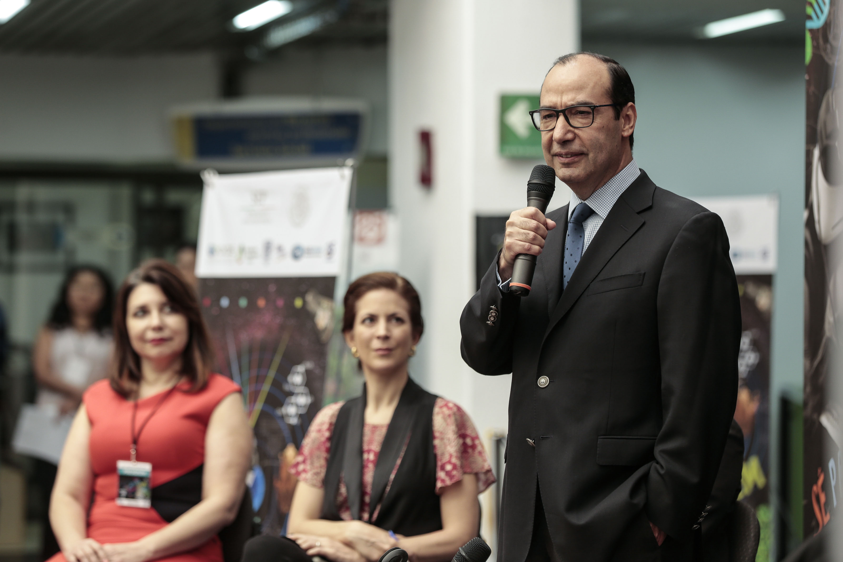 maestro Javier Treviño Cantú haciendo uso de la palabra.