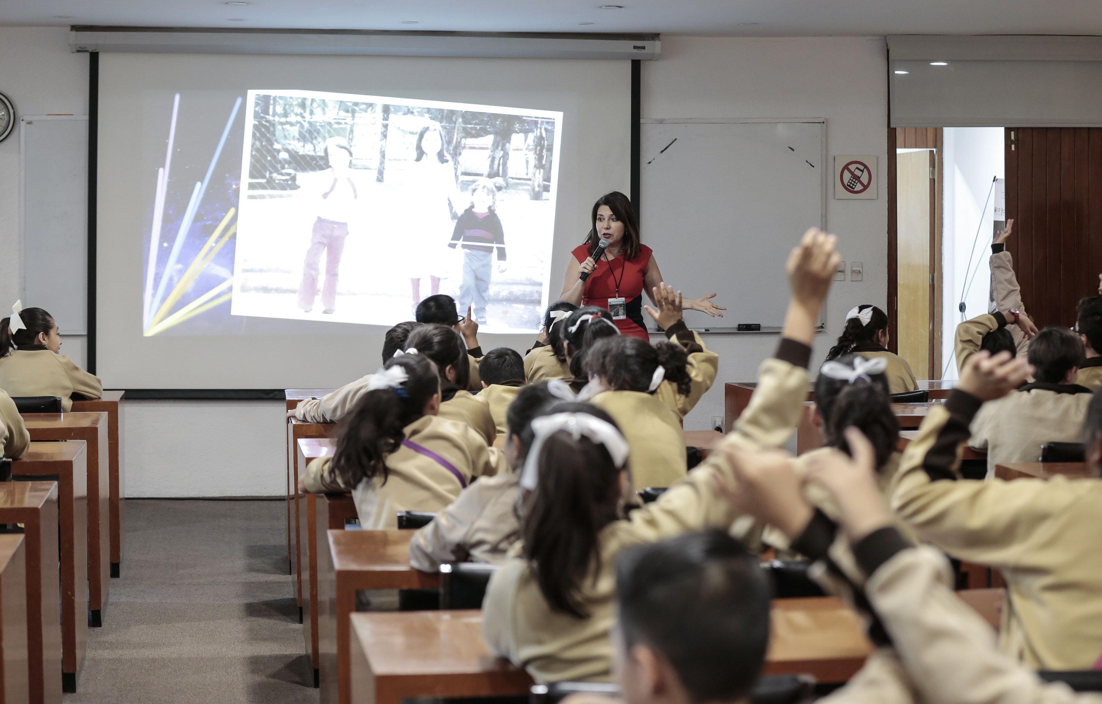 Doctora Carmen Enendina Rodriguez Armenta Haciendo uso de la palabra en conferencia con los niños