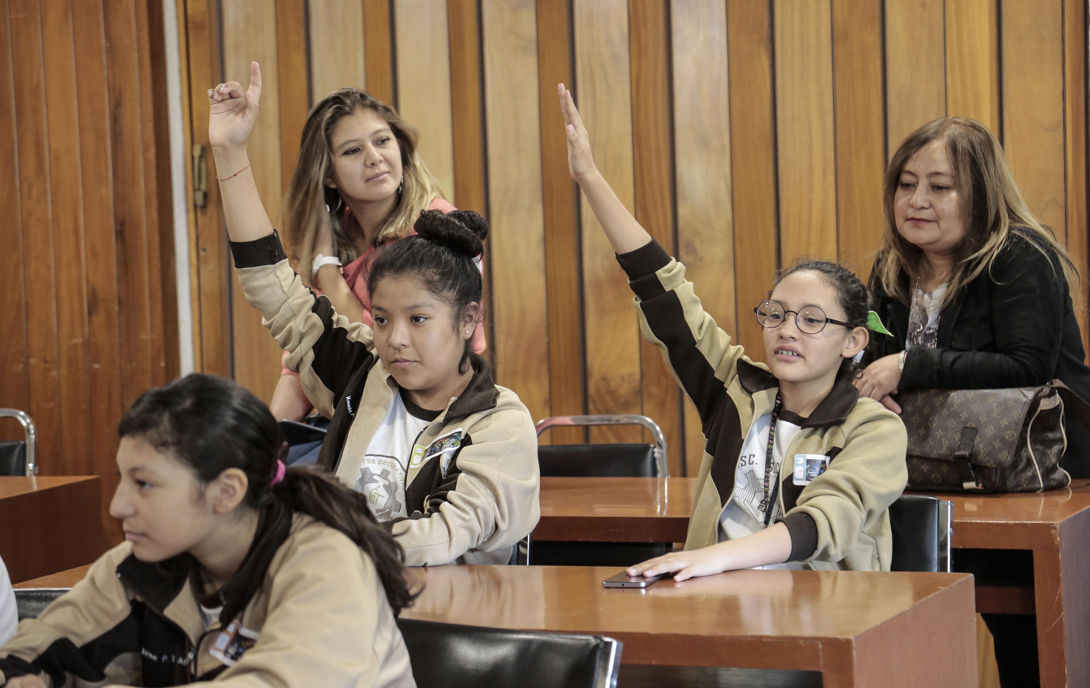 alumnos de secundaria tecnica participando en conferencia