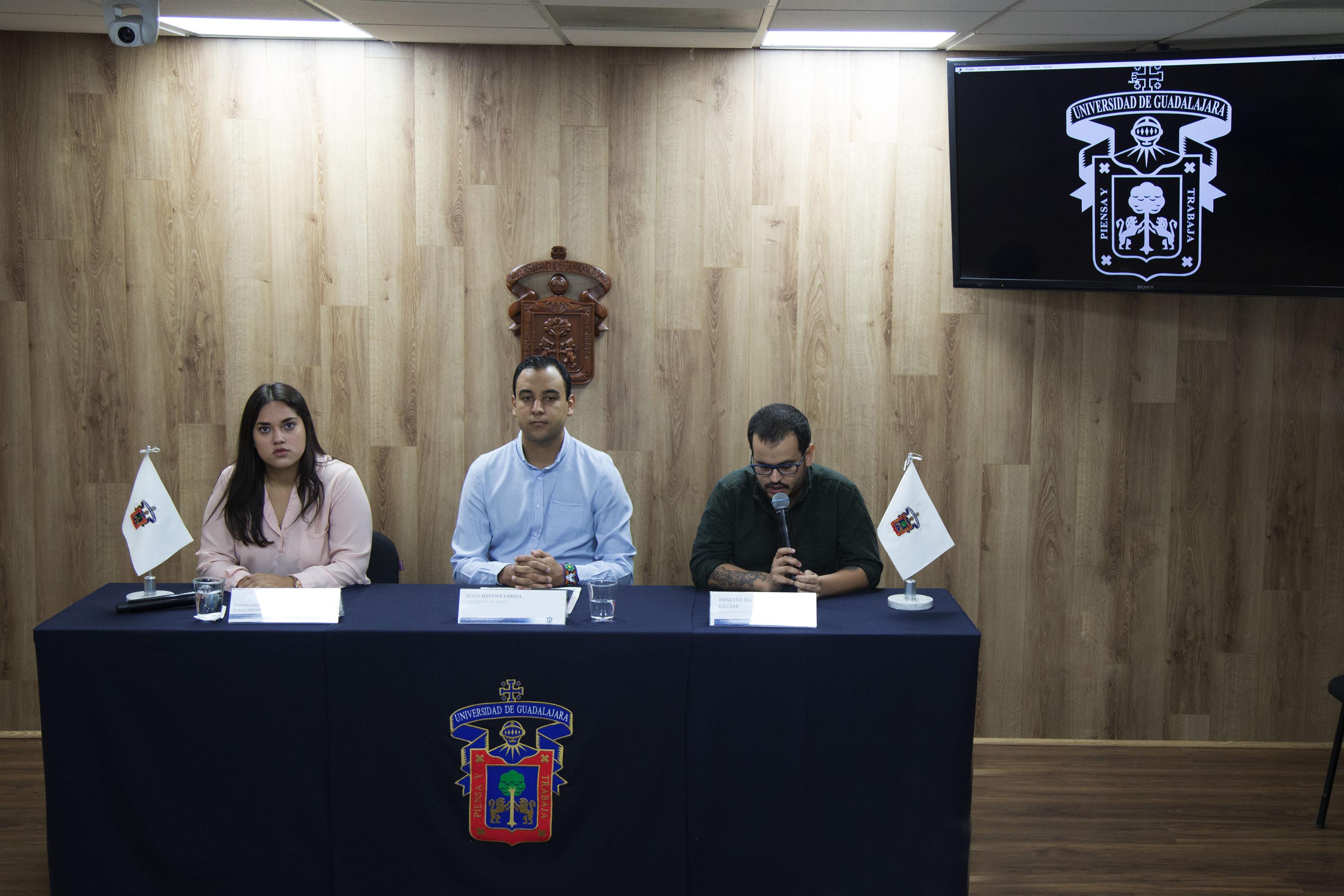 Ernesto Rafael Gutierrez Guizar haciendo uso de la palabra junto a miembros del presidium