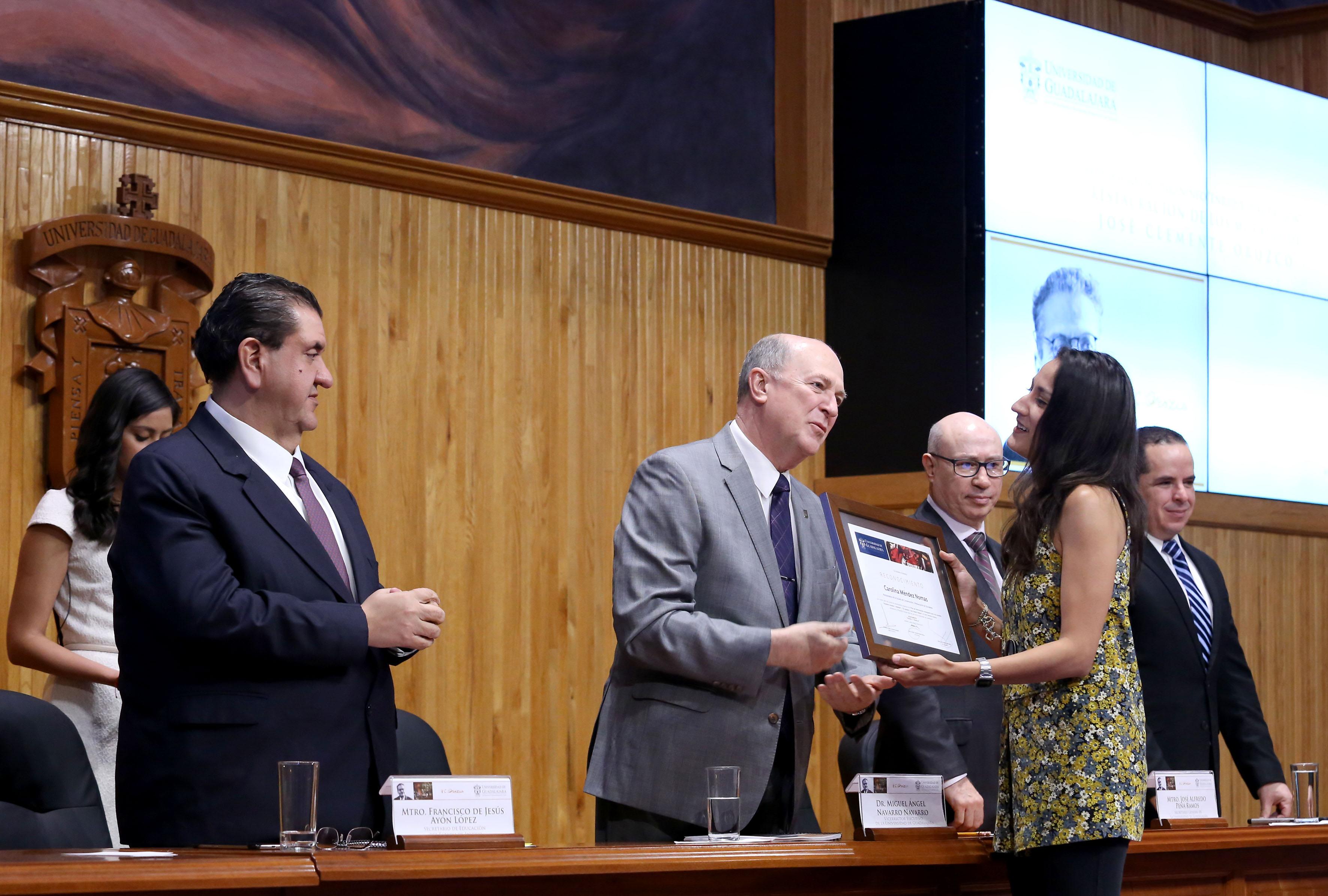 Doctor Miguel Angel Navarro Navarro Entregando reconocimiento