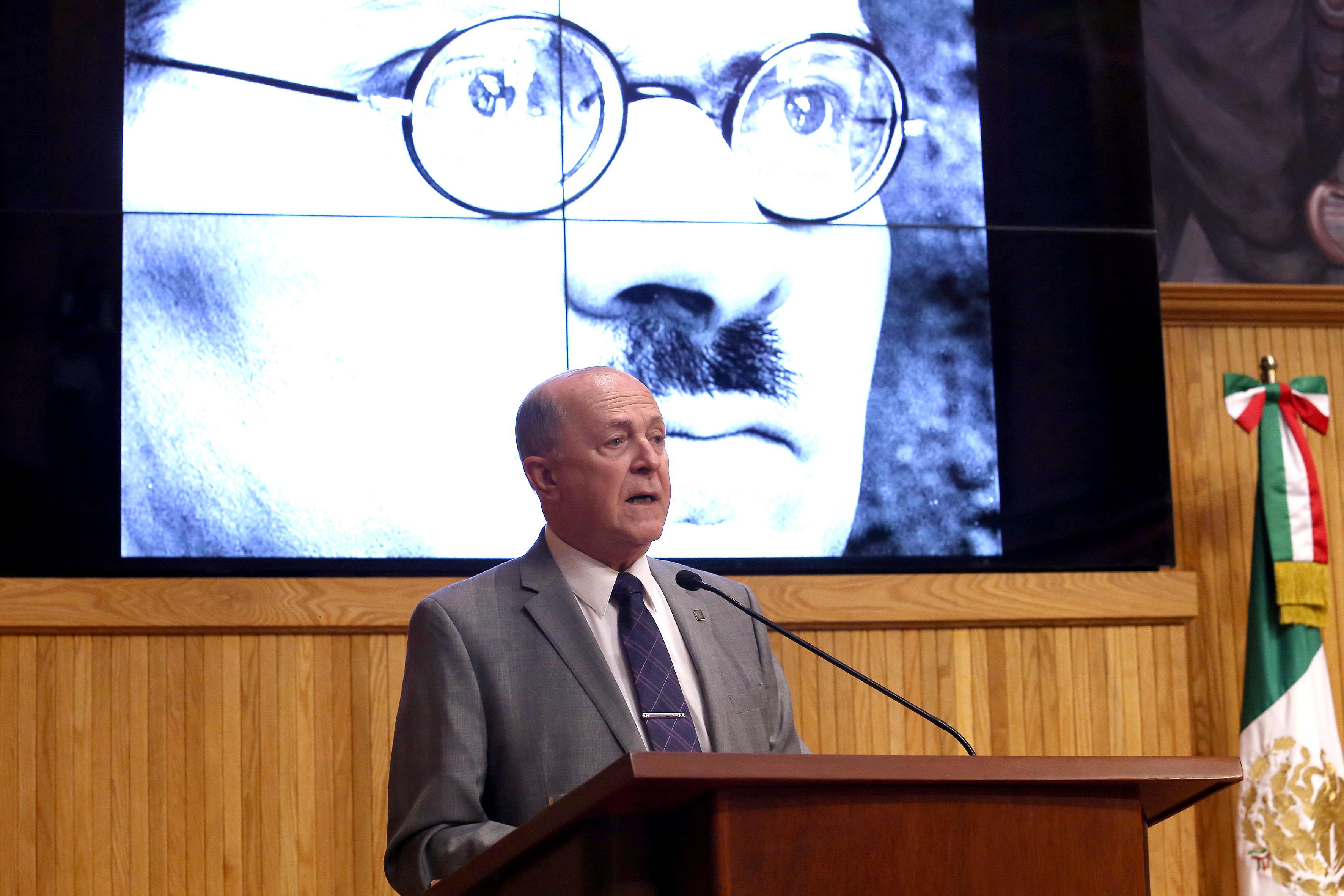 Doctor Miguel Ángel Navarro Navarro haciendo uso de la palabra en paraninfo
