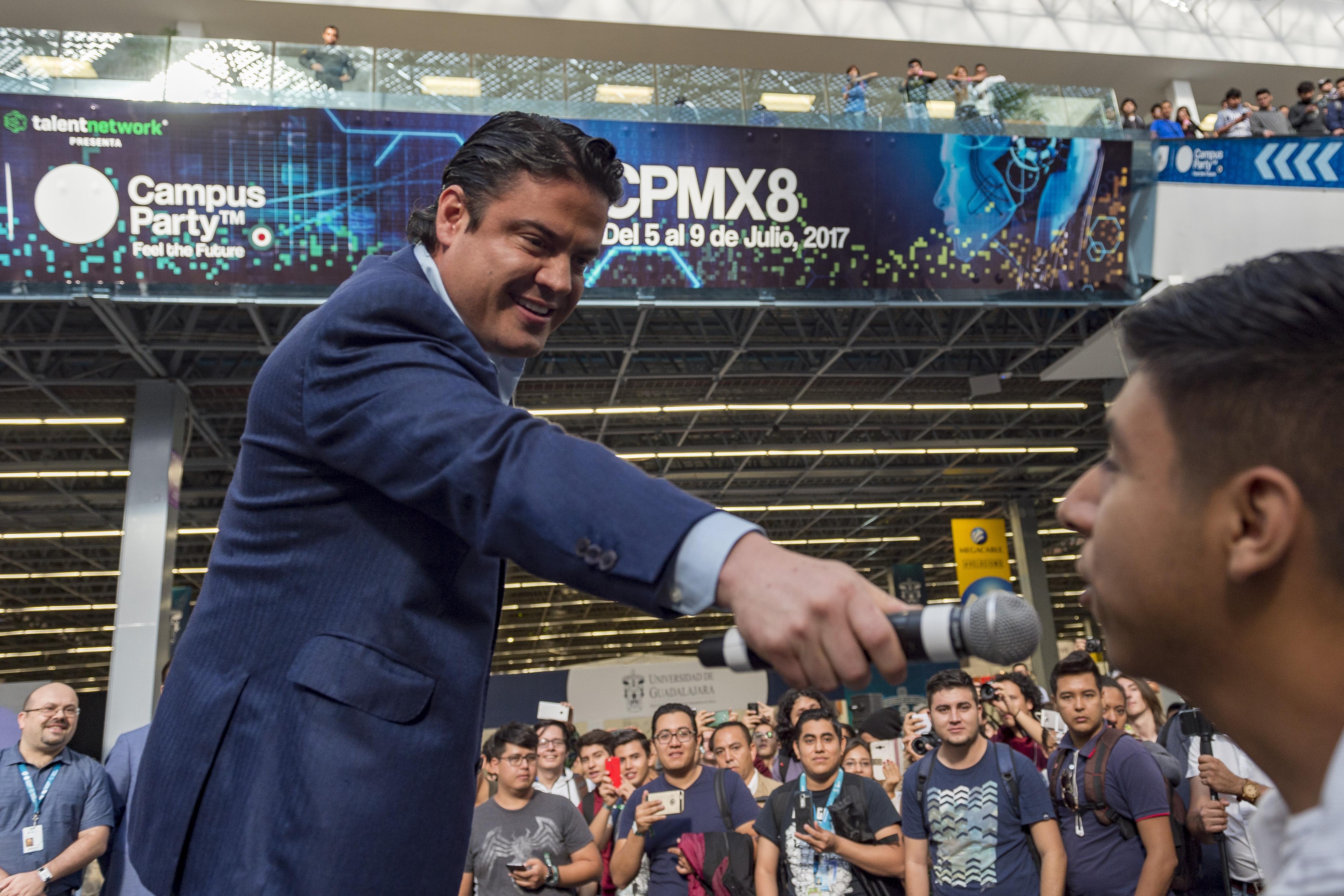 maestro Jorge Aristóteles Sandoval Díaz cediendo el uso de la palabra a campusero