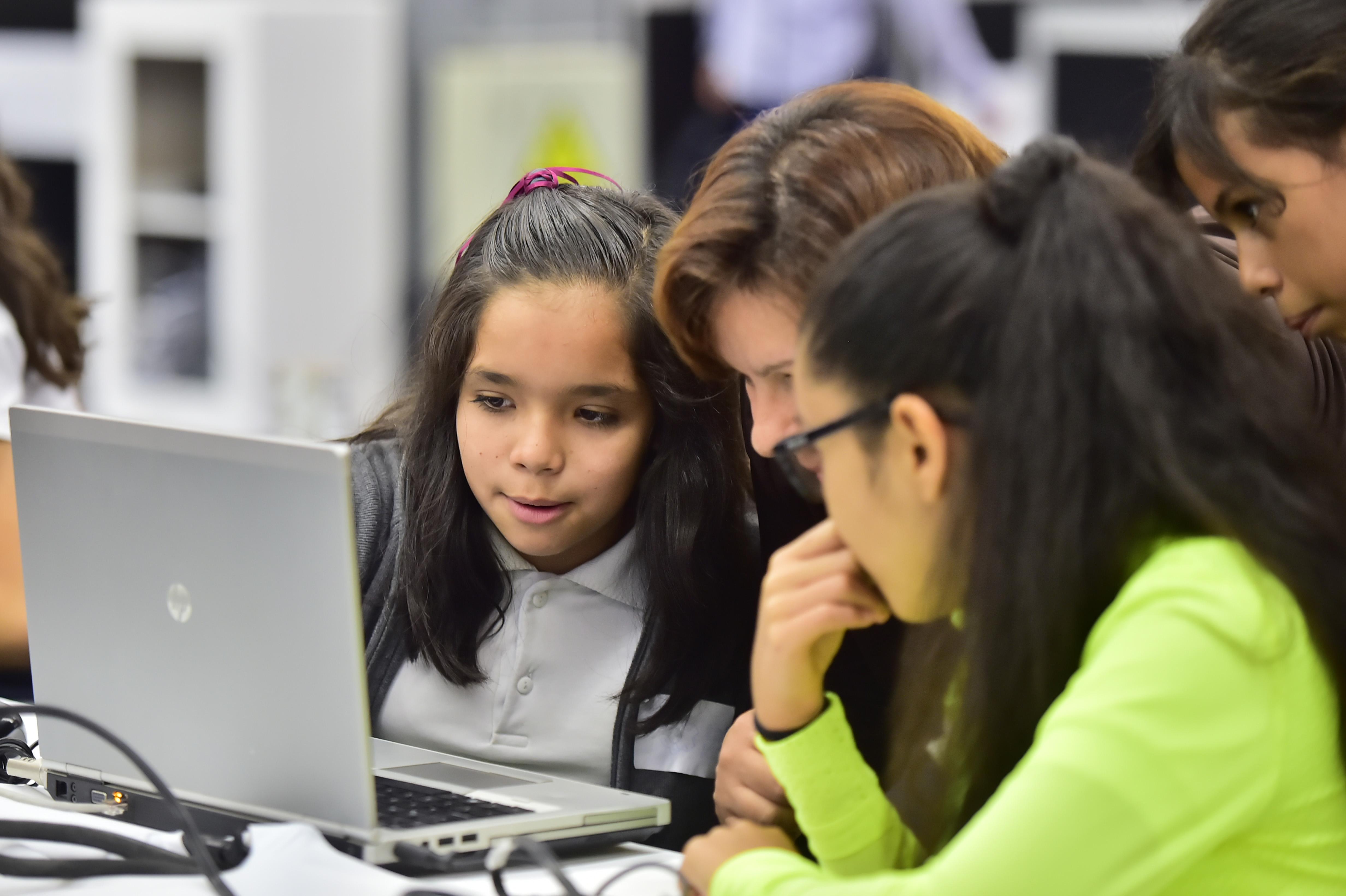 Campuseras haciendo uso de laptop