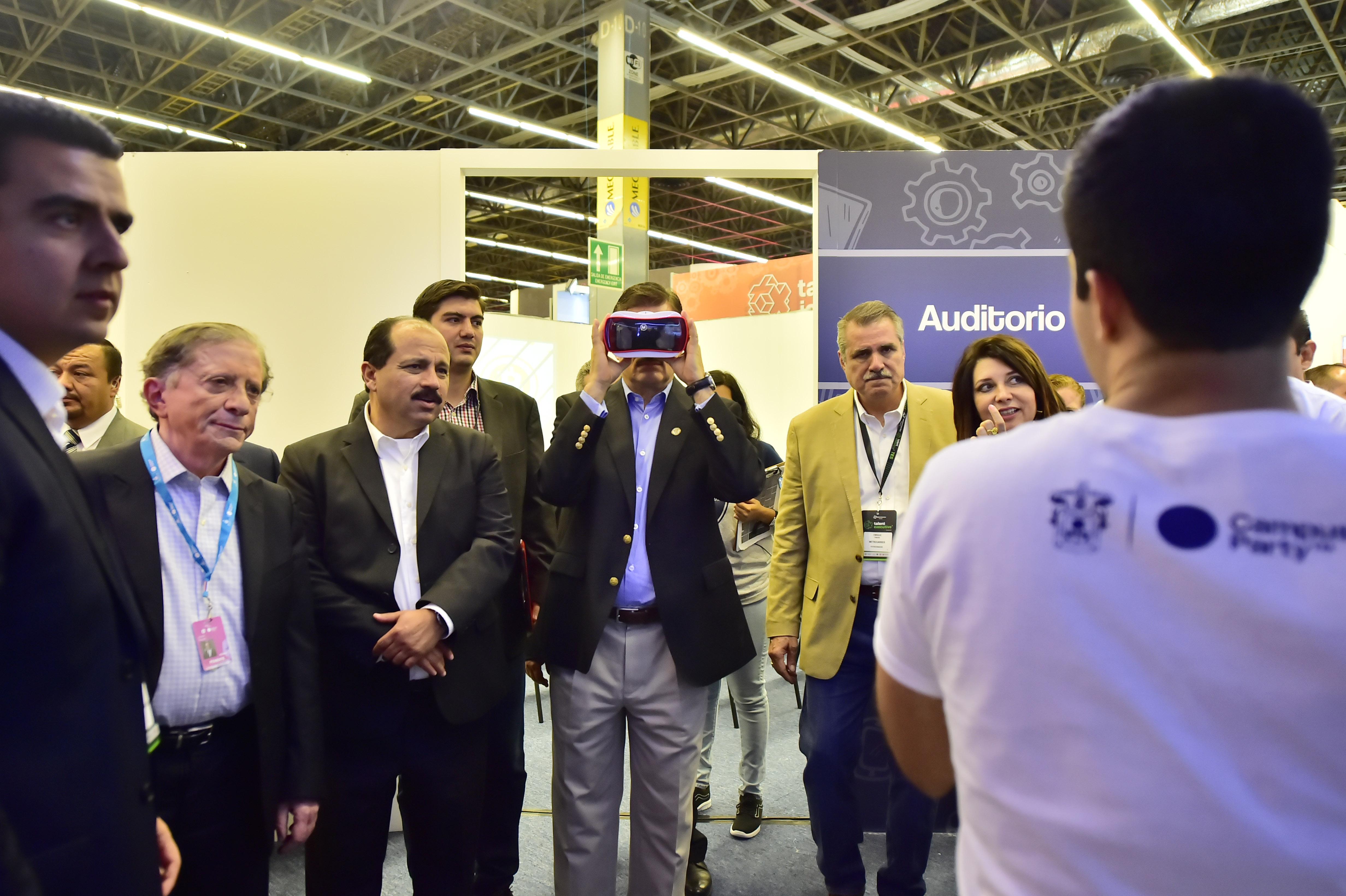 Rector General de la UdeG, maestro Itzcóatl Tonatiuh Bravo Padilla observando por lentes de realidad virtual