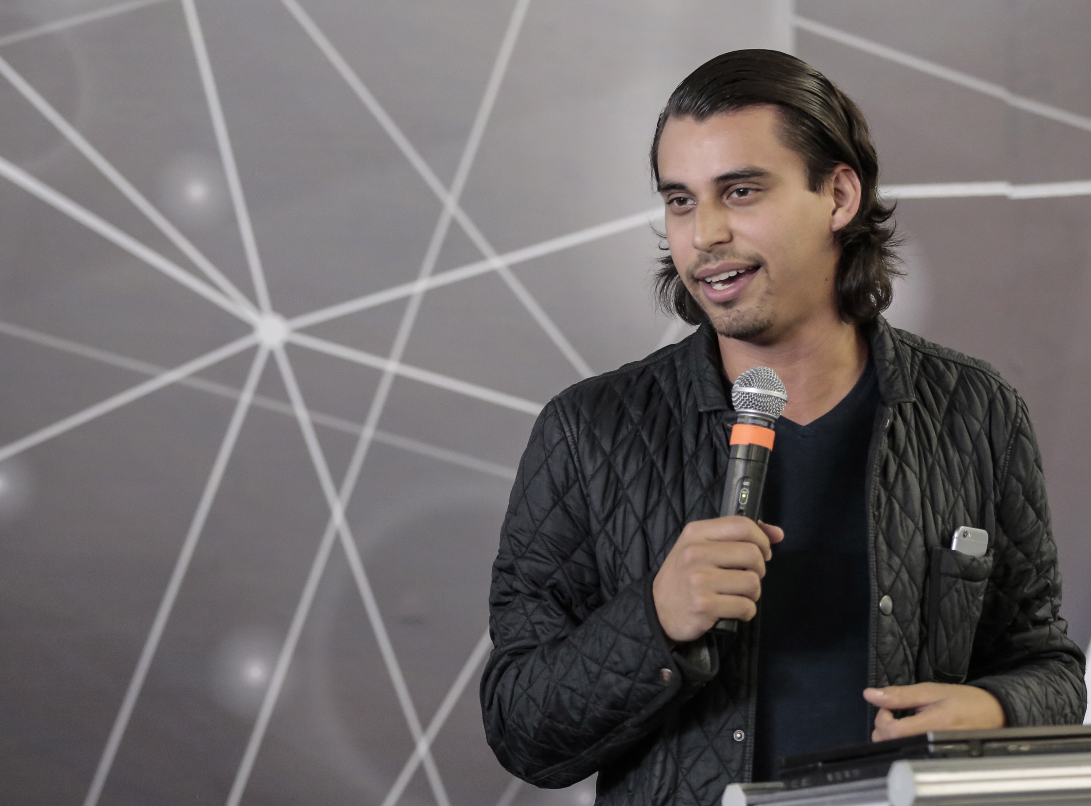 Daniel Gómez Íñiguez, Presidente de Talent Network, con micrófono enmano haciendo uso de la palabra, durante evento.