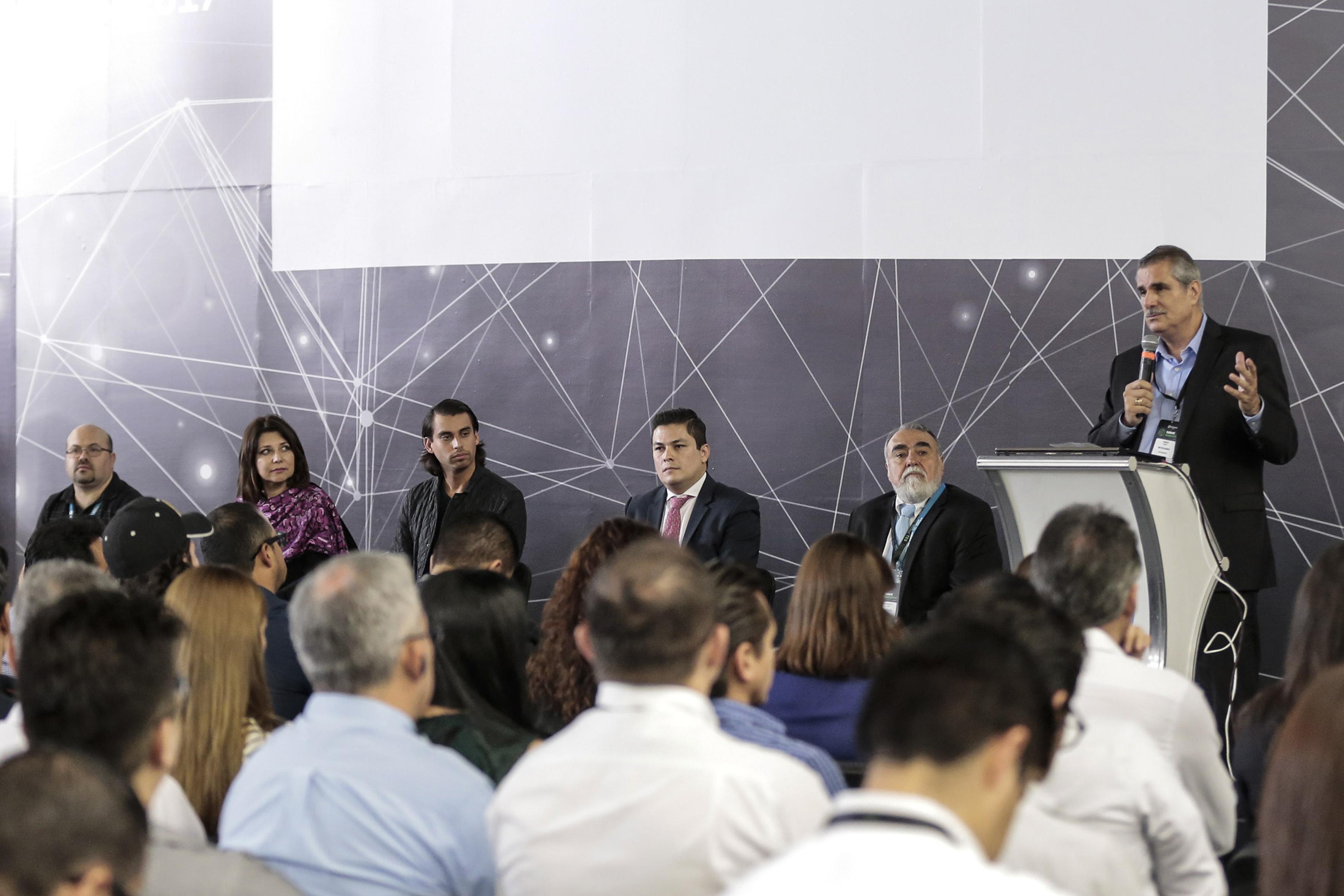 Enrique Yamuni Robles, Director General de Megacable, en podium del evento y con micrófono en mano, haciendo uso de la palabra.