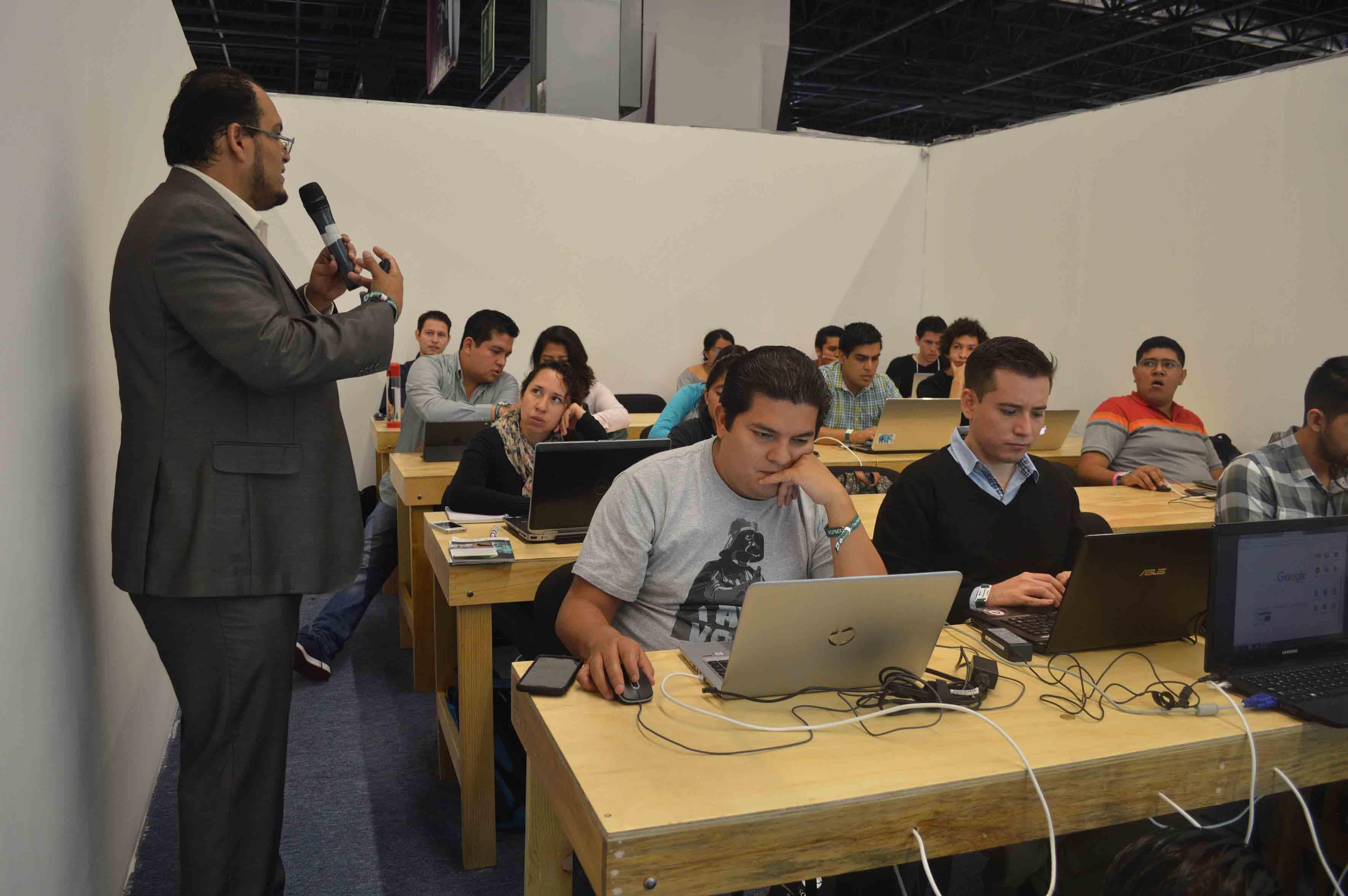 """Doctor Rigoberto Franco Vizcarra, asesor de UDGVirtual, impartiendo el taller """"Freelance con Google"""", en el marco de Campus Party 2017."""