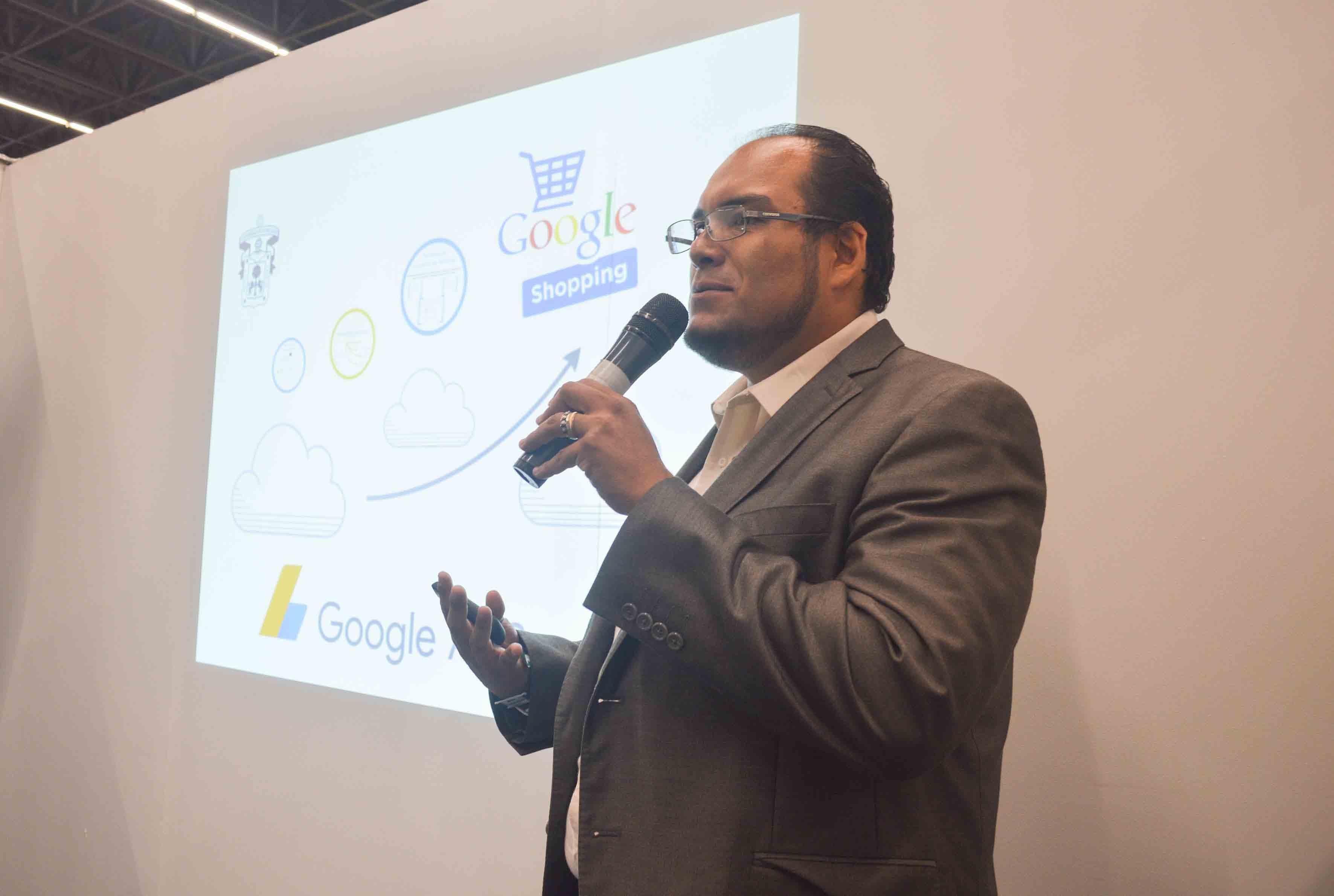Doctor Rigoberto Franco Vizcarra, asesor de UDGVirtual, con micrófono en mano, haciendo uso de la voz.