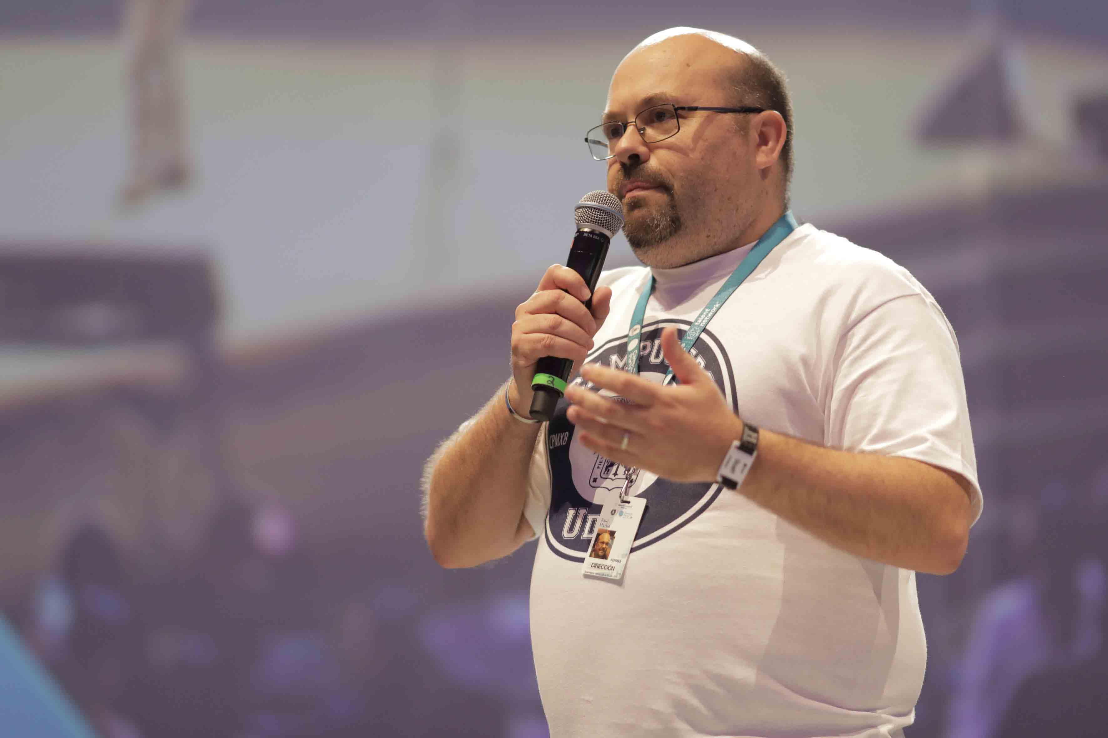 Raúl Martín Porcel, director general de Campus Party México, con micrófono en mano, haciendo uso de la voz.