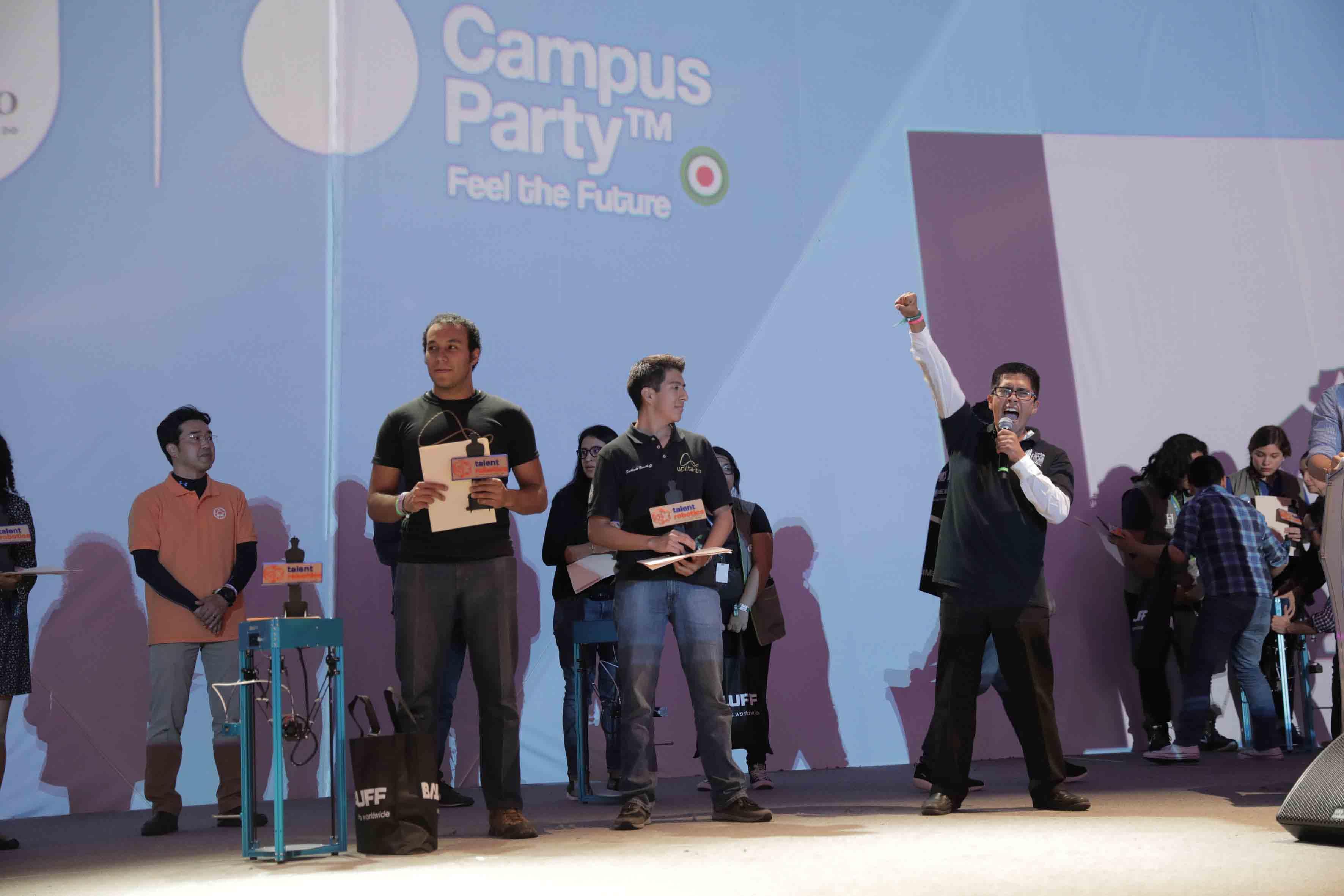 Estudiantes becados por la Universidad de Guadalajara, participando en la ceremonia de premiación.