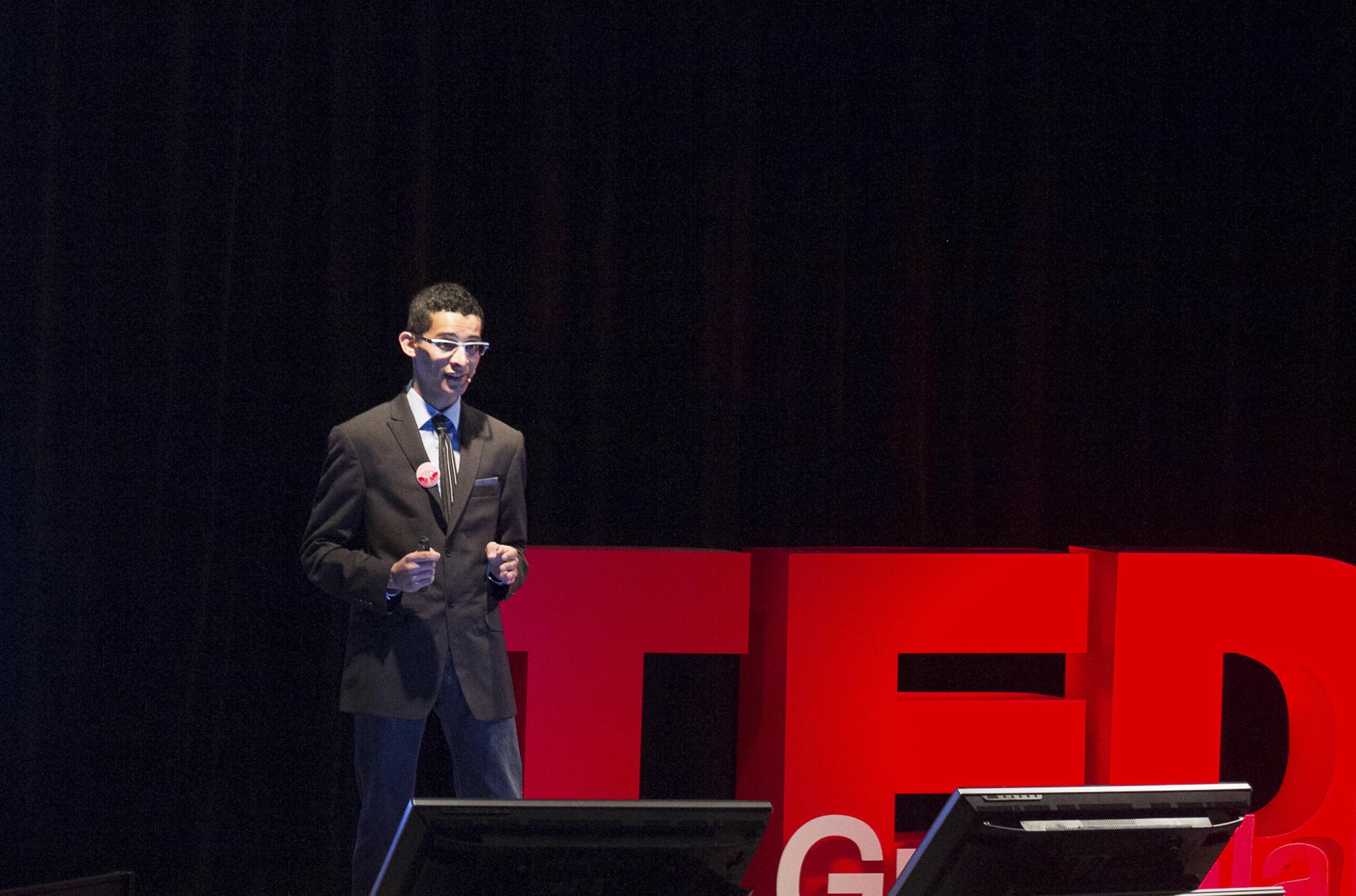 Demetrio Agustín Rodríguez Fajardo, estudiante del Centro Universitario de Ciencias de la Salud (CUCS), de la Universidad de Guadalajara, presentando su proyecto.