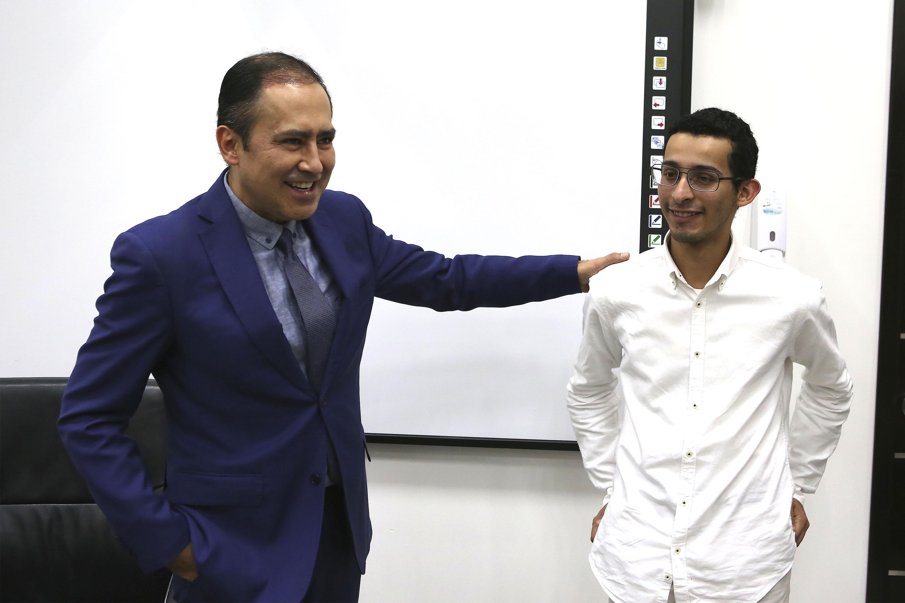 Doctor Jaime Andrade Villanueva, Rector del Centro Universitario de Ciencias de la Salud (CUCS), interactuando con el estudiante competidor, Demetrio Agustín Rodríguez Fajardo.