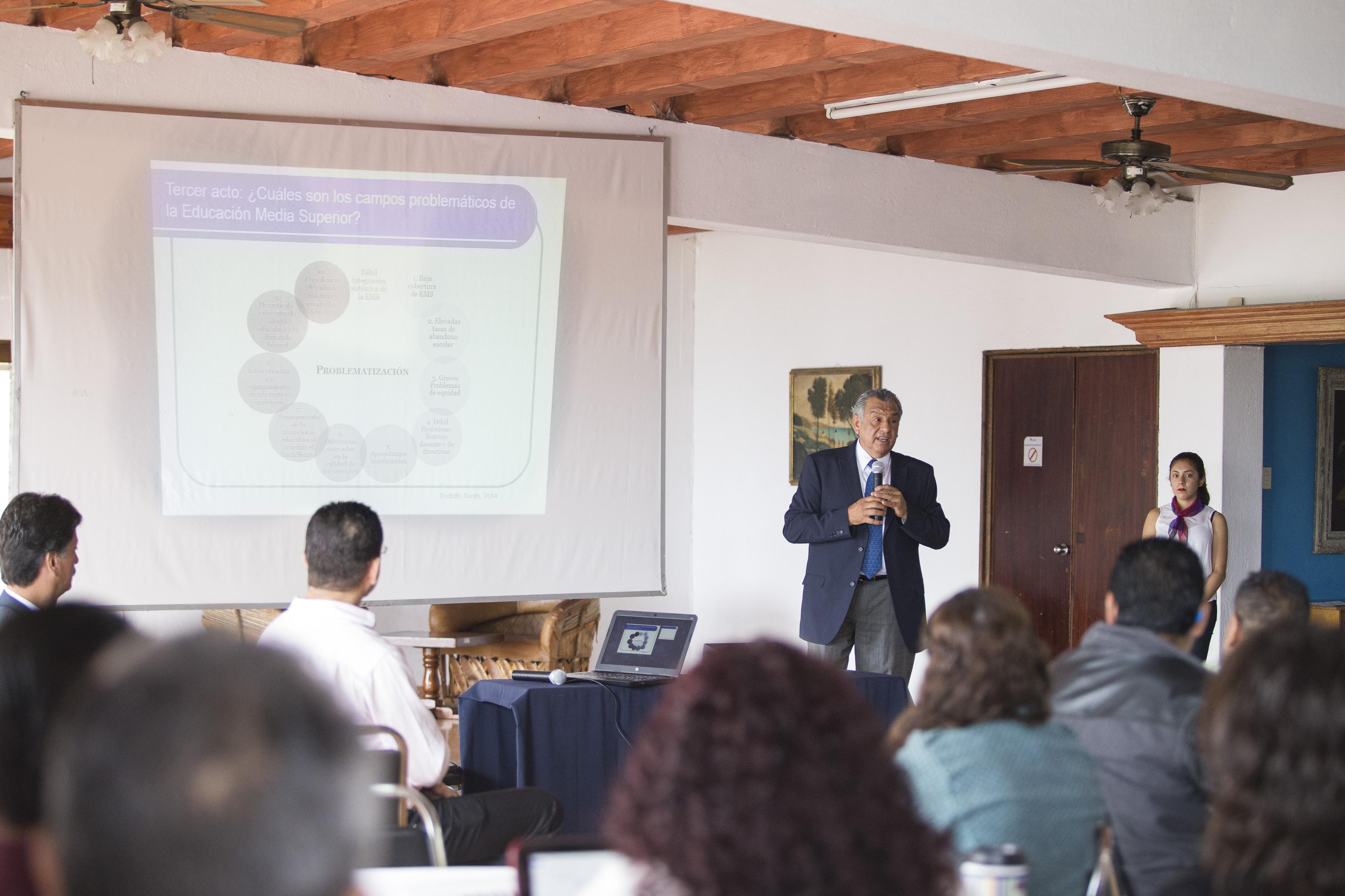 Maestro Víctor Manuel Rosario Muñoz, director de Formación Docente e Investigación del Sistema de Educación Media Superior (SEMS), de la Universidad de Guadalajara, impartiendo conferencia.