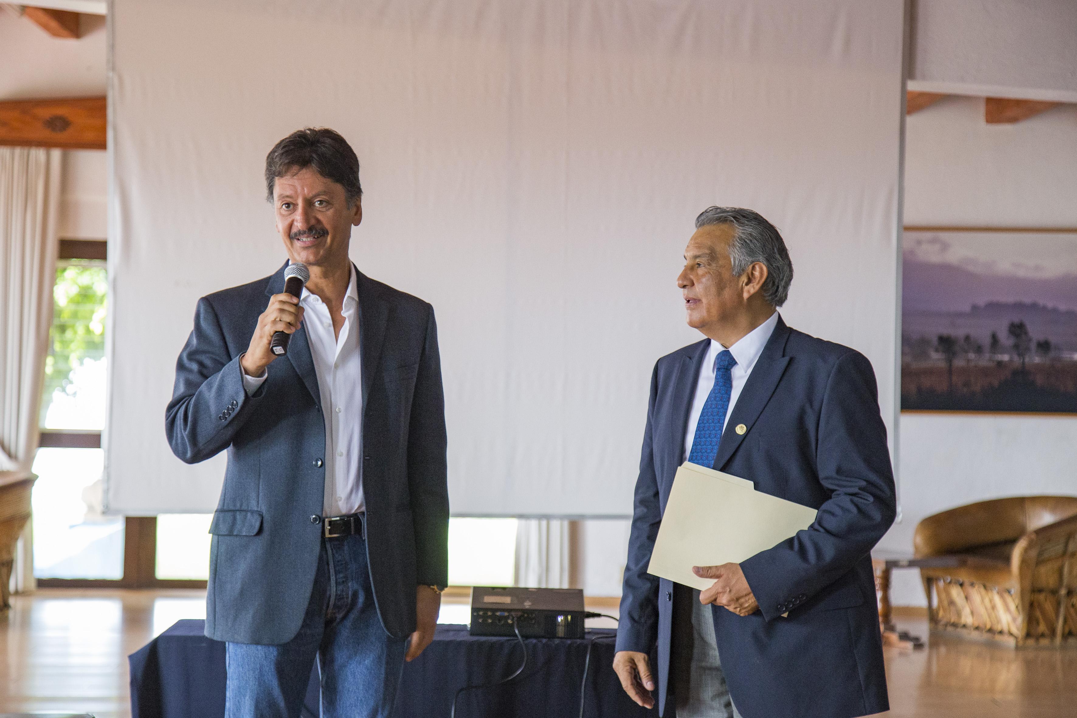 Maestro Juan Ramón Álvarez López, director de la Preparatoria Regional de Chapala, participando en conferencia, como parte del programa de la Jornada de Trabajo Docente 2017.