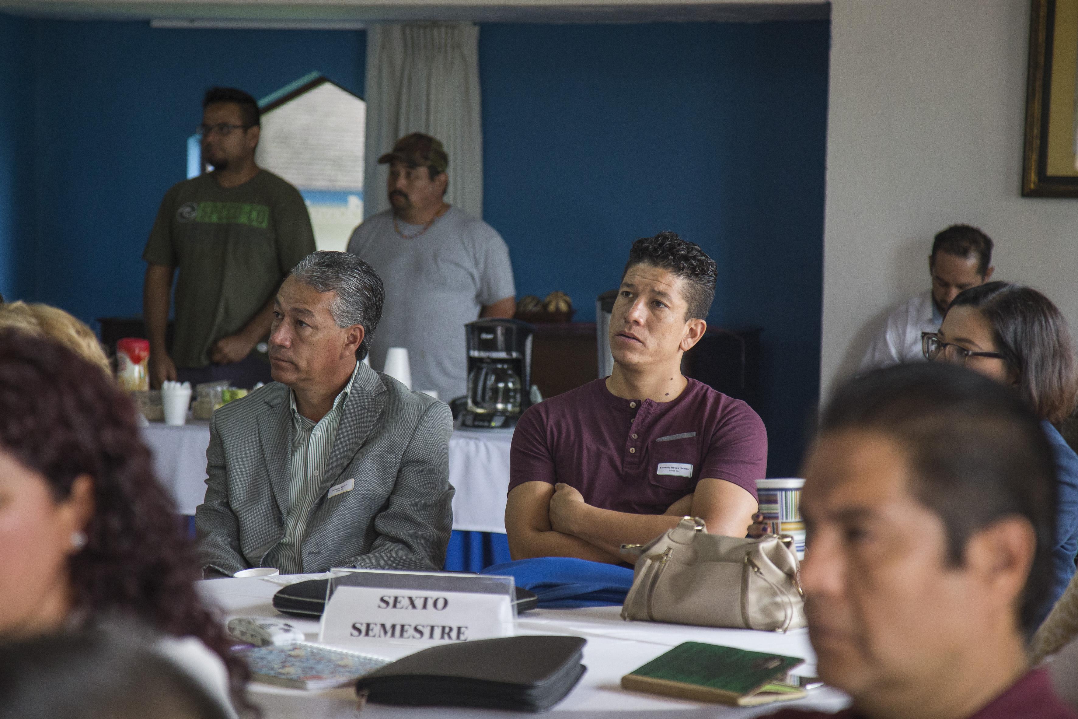 """Profesores de la Escuela Preparatoria Regional de Chapala y su Módulo de Mezcala, asistentes a la conferencia """"Prácticas docentes innovadoras en el nivel medio superior"""", como parte del programa de la Jornada de Trabajo Docente 2017."""