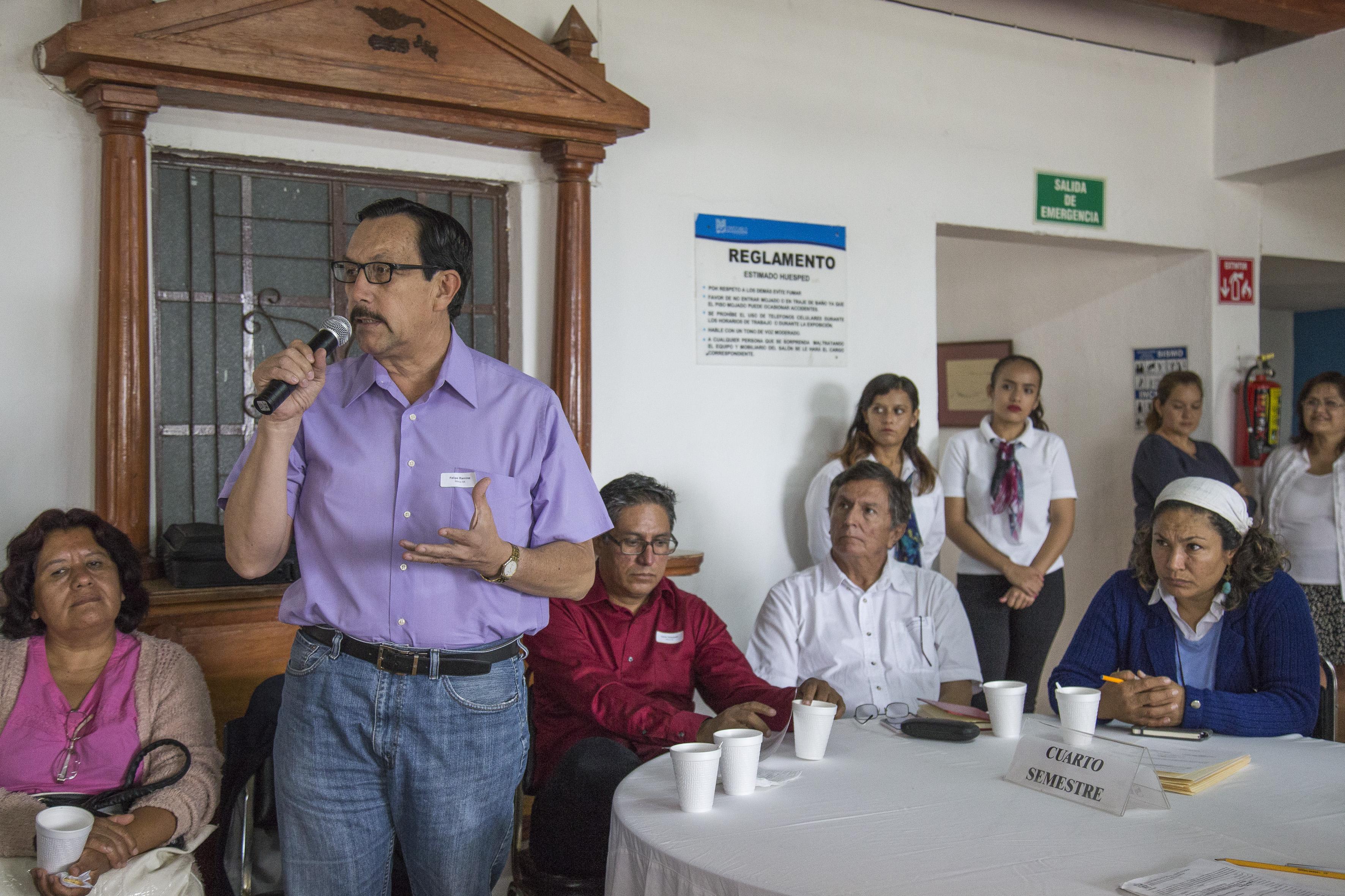 """Profesor de la Escuela Preparatoria Regional de Chapala, Felipe Ramírez, participando en la conferencia """"Prácticas docentes innovadoras en el nivel medio superior""""."""