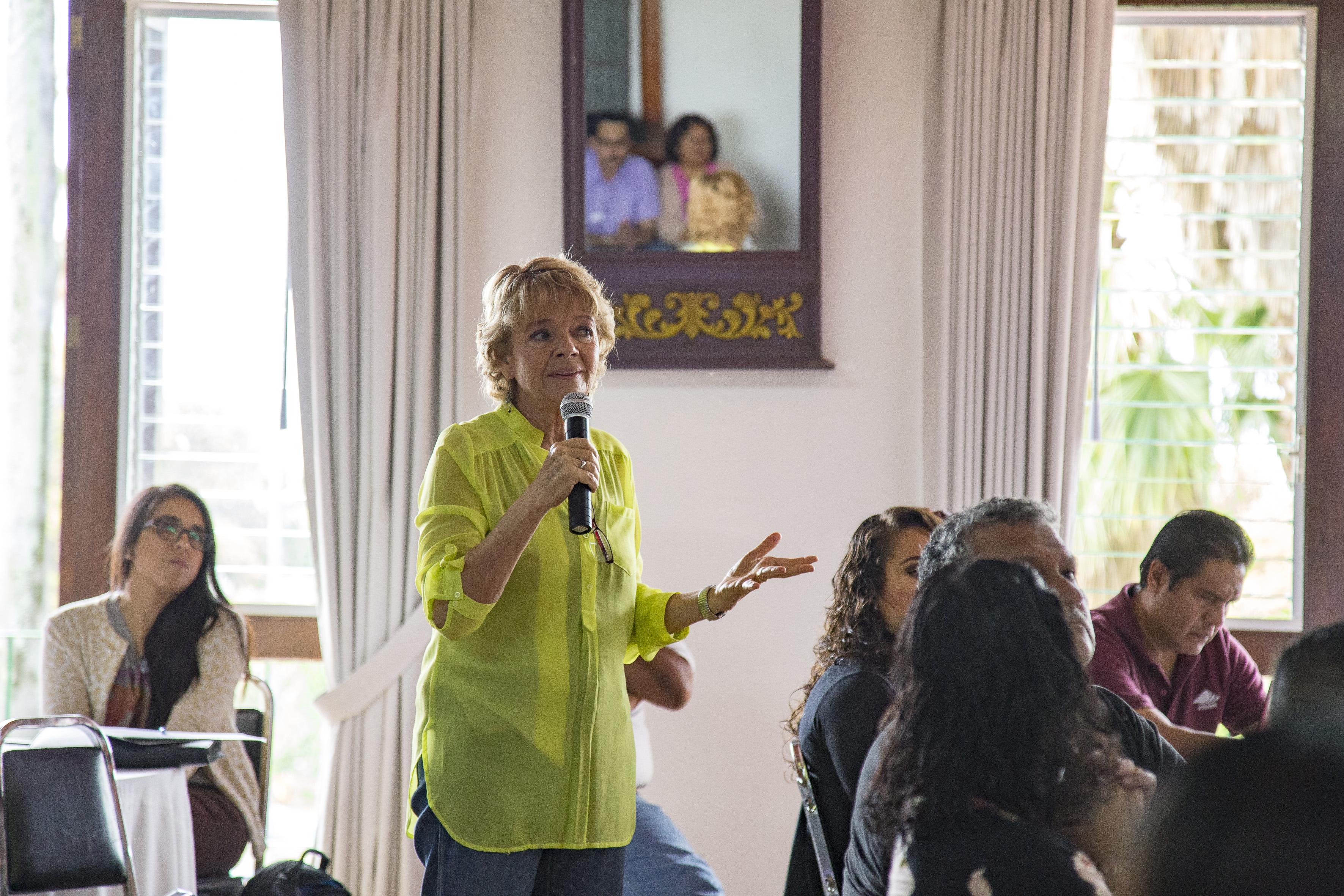 Profesora de la Escuela Preparatoria Regional de Chapala, haciendo uso de la voz, durante la conferencia.