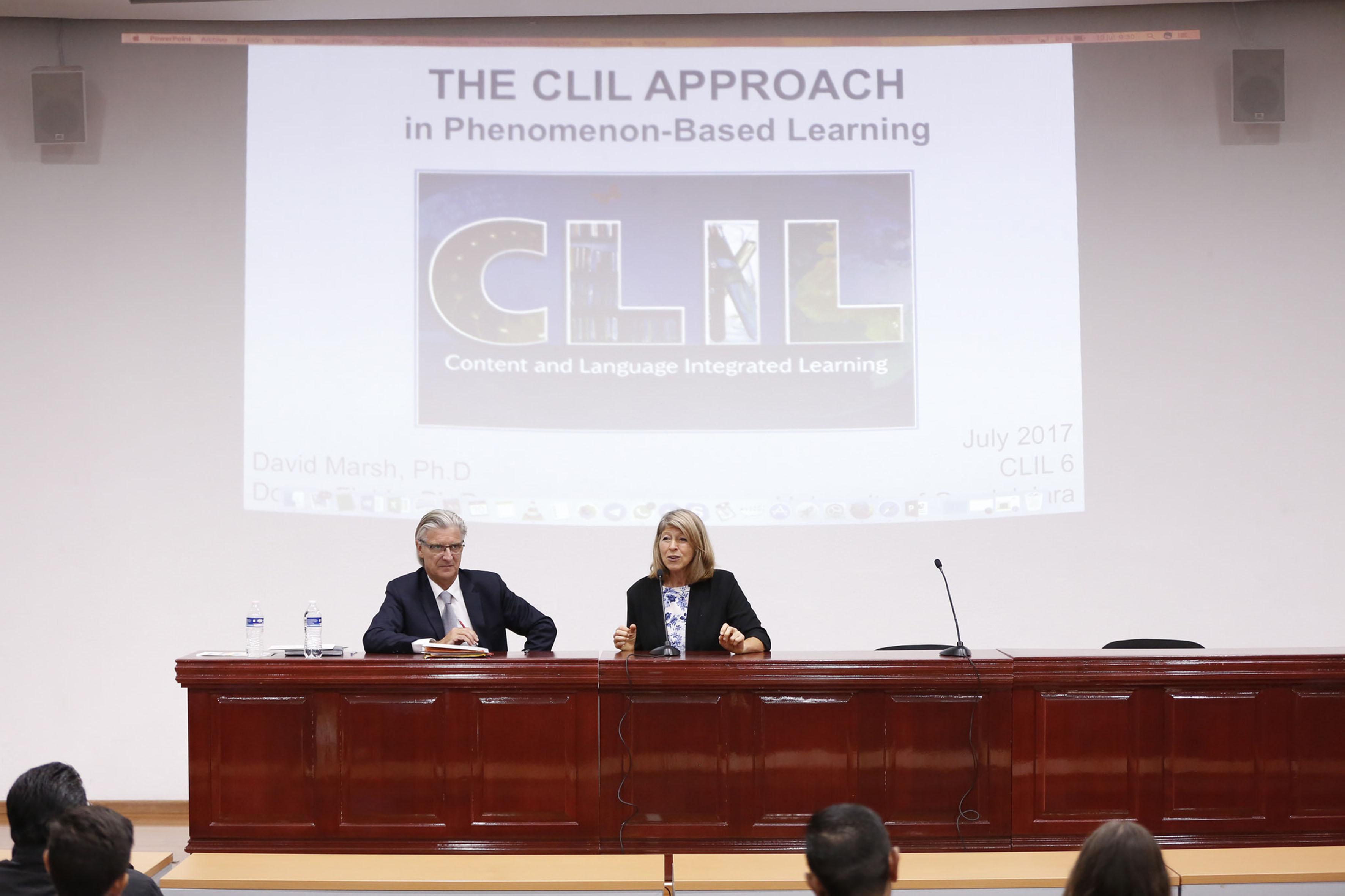 Especialistas en el proyecto de preparatorias globales, impartiendo su capacitación.