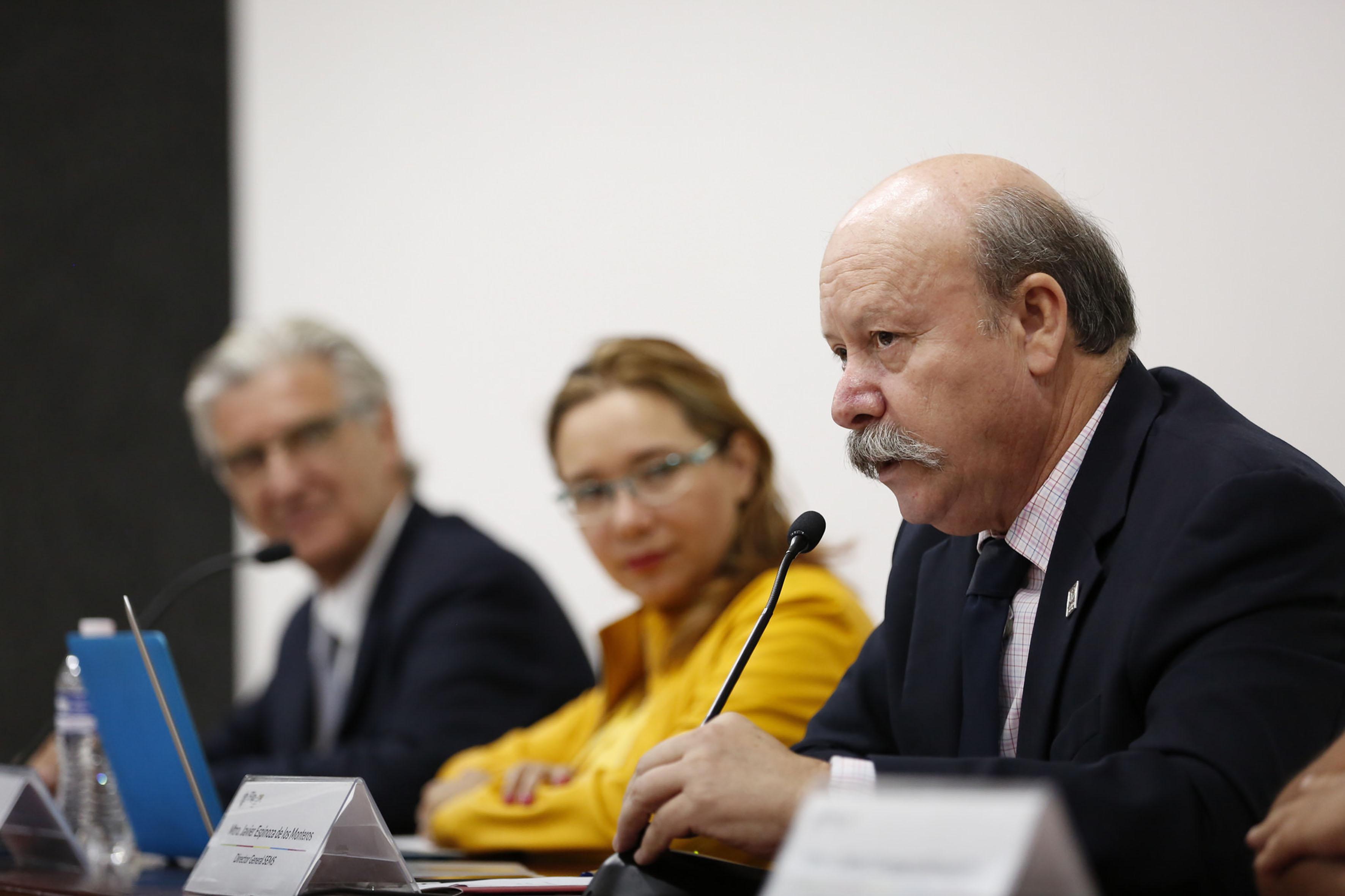 Director general del Sistema de Educación Media Superior, maestro Javier Espinoza de los Monteros Cárdenas, con micrófono en mesa del panel, haciendo uso de la palabra.