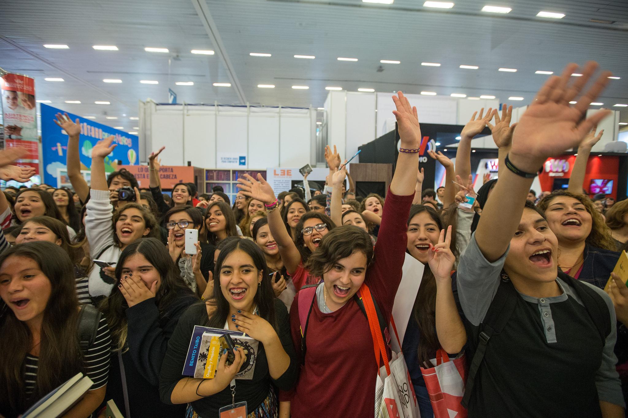 """""""Booktubers"""" participando emocionadamente en la Feria Internacional del Libro de Guadalajara (FIL), en su pasada edición."""