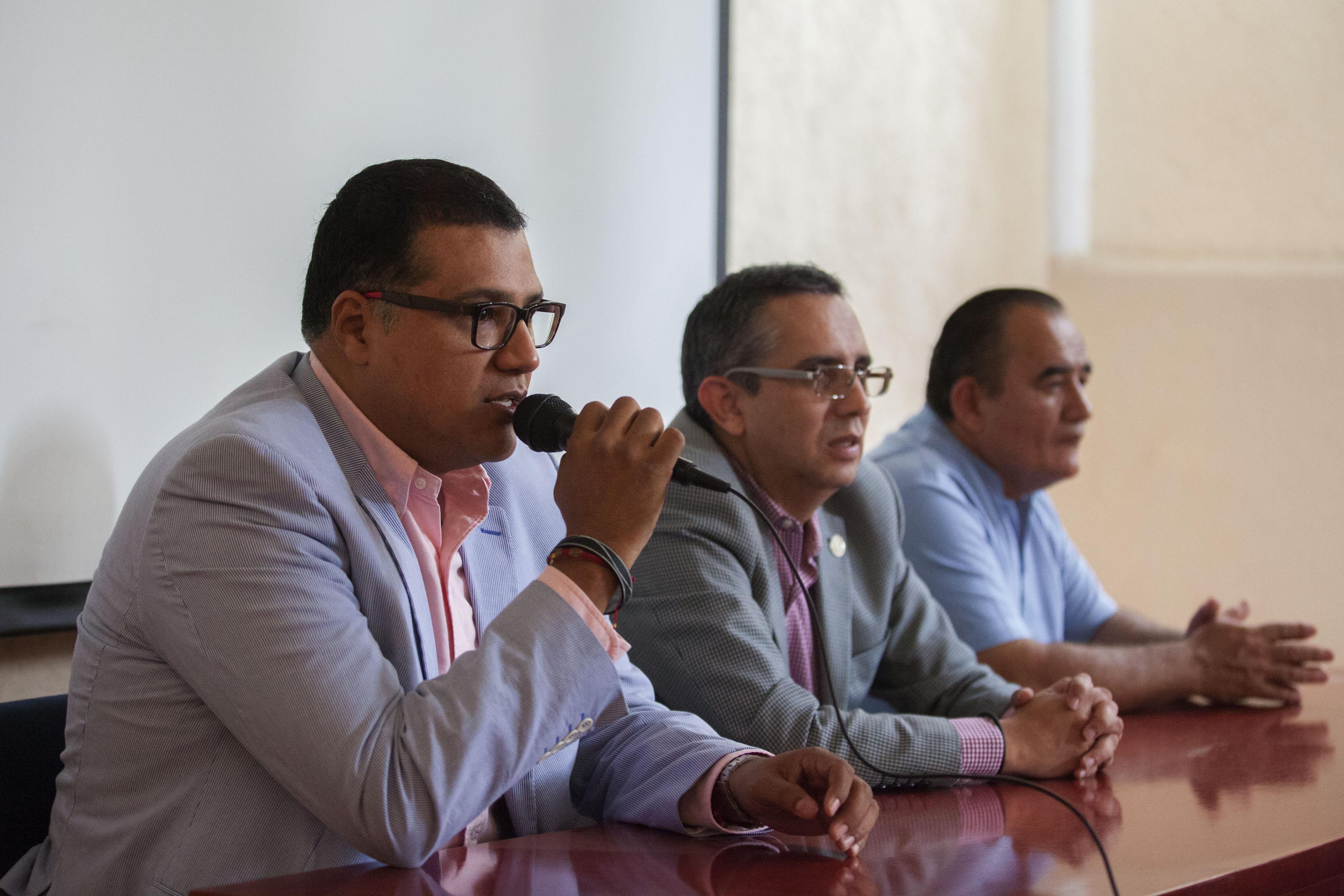 Doctor Fernando Córdoba Canela, director del Laboratorio de Comunidades y Viviendas Sustentables, con  sede en la UdeG, con micrófono en mano, haciendo uso de la palabra.