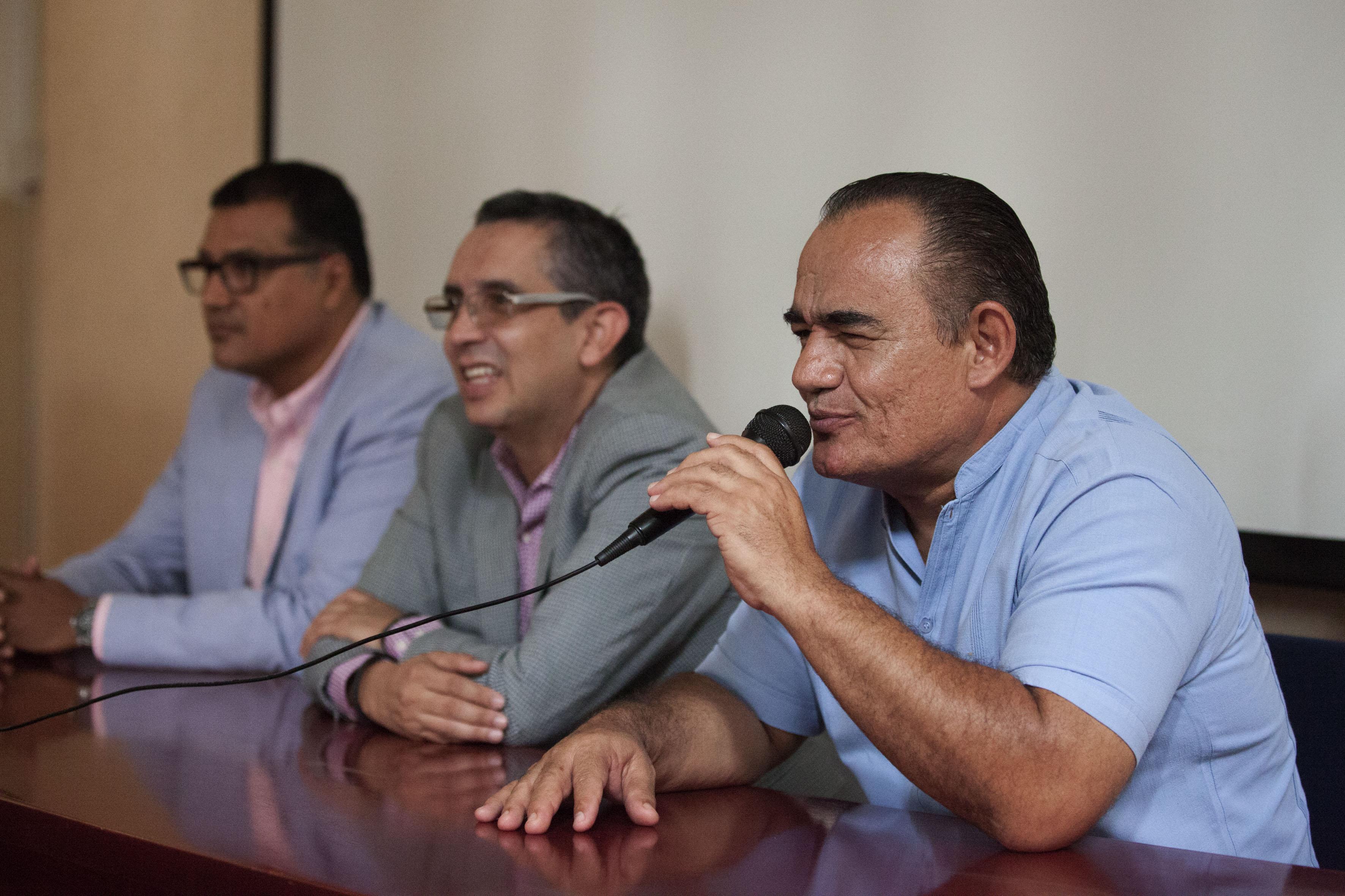 Maestro Eduardo Olivares Jiménez, oficial mayor de la preparatoria No. 6, con micrófono en mano haciendo uso de la palabra.